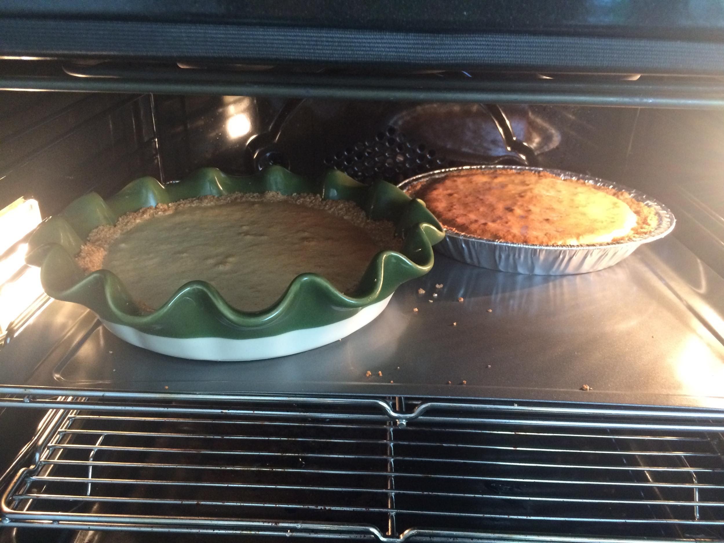 Asse por aproximadamente 20 minutos (sempre depende do forno). A superfície da tarta deve estar dourada, mas o interior ainda meio-líquido. Para saber, bata com a mão na porta ou lateral do forno. O recheio deve mover-se um pouco. Assim que atingir este ponto, abra a porta do forno e reduza a temperatura para 160 graus. Mantenha a porta do forno aberta por aproximadamente 7 minutos, para deixar a temperatura arrefecer. Feche a porta do forno e asse as tartas por mais uns 15 minutos. O ponto certo é quando somente o centro da torta ainda se move um pouco quando se bate na porta ou na lateral do forno. Desligue o fogo e deixe as tartas dentro por mais uns 7 minutos.