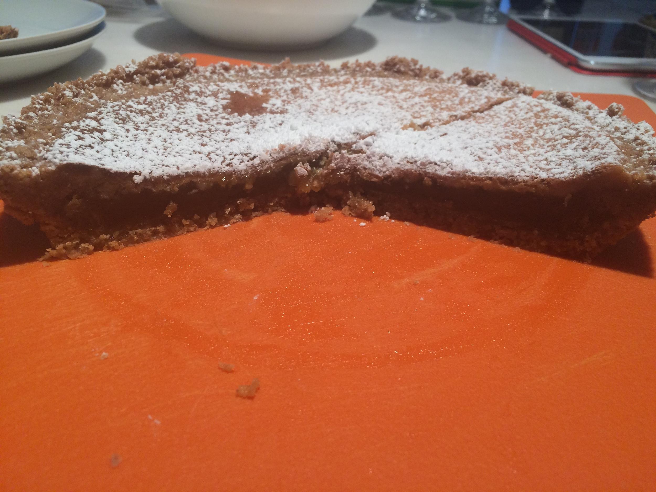 """Aqui dá pra ver o interior da tarta. Crocante por fora e cremosa por dentro. Há uma expressão em inglês para descrever este ponto,  """"Ooey Gooey"""", que não tem tradução para o português eu acho."""