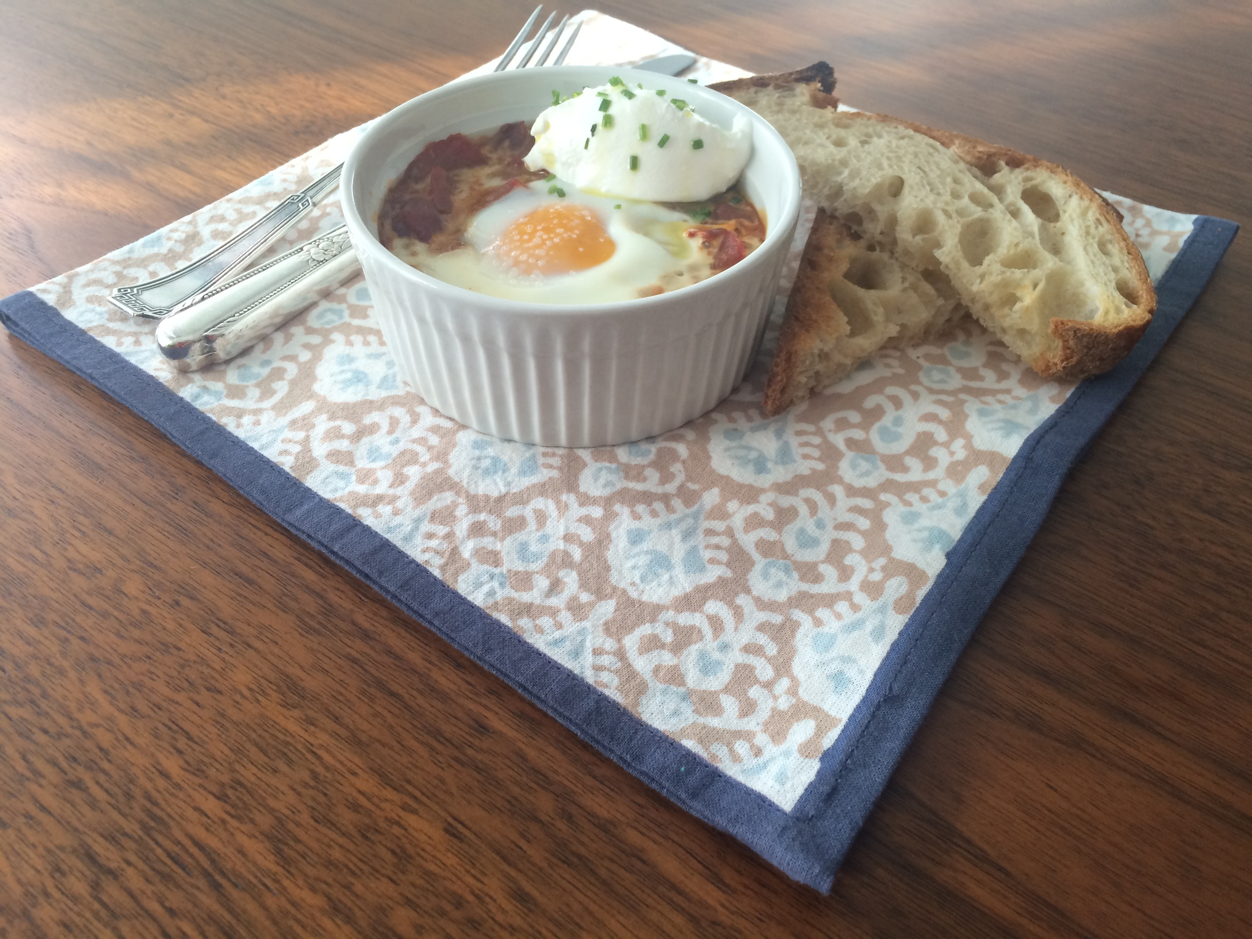 Sirva com um belo pão tostado, uma colherada de labne ou iogurte grego polvilhado com cebolinha por cima. Bom apetite!