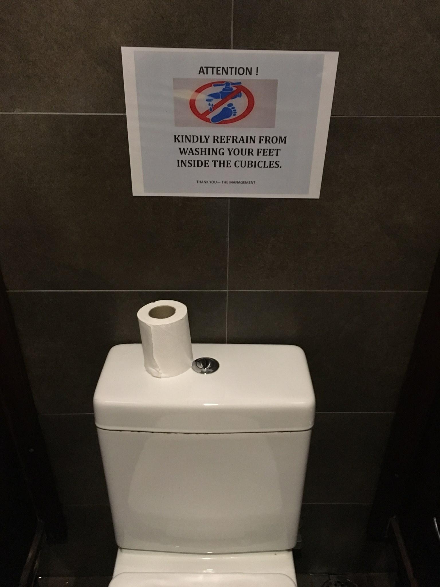 """""""Atenção: evite lavar seus pés no vaso sanitário."""""""