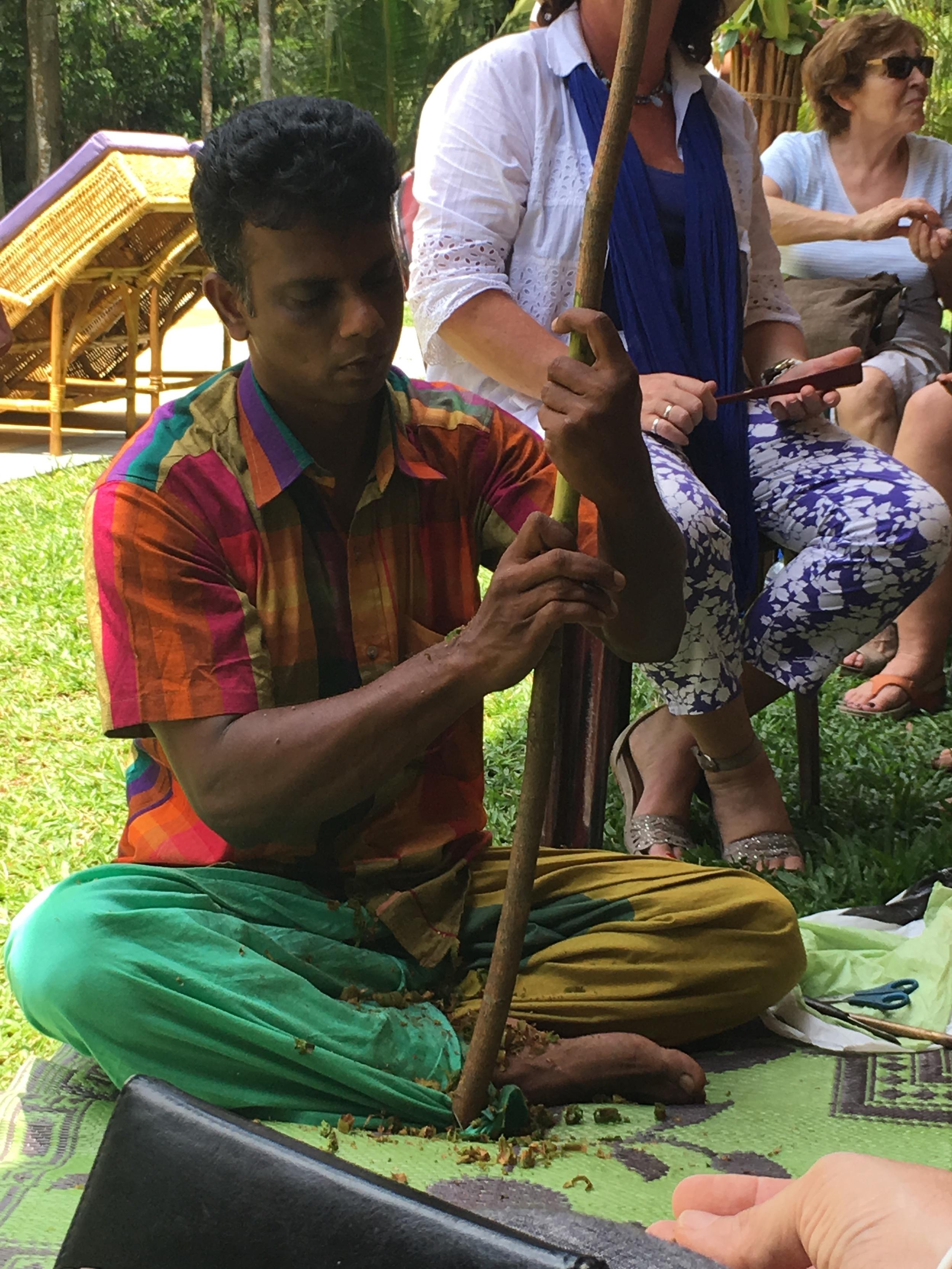 Depois de cortados os caules, o artesão senta-se sobre uma esteira e começa a preparação para a extração da canela.