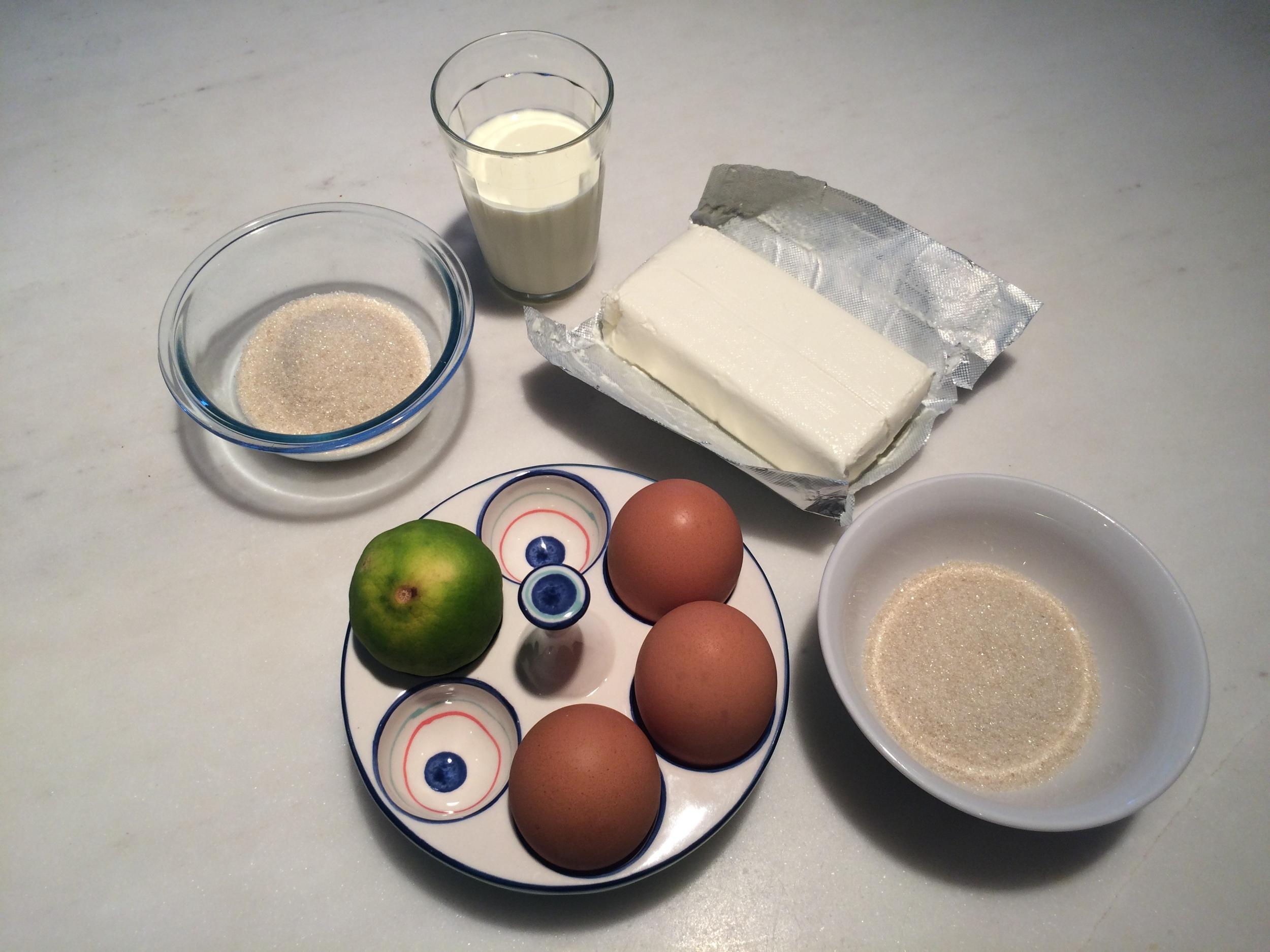 Ingredientes:  226g de cream cheese  50g de açúcar refinado (1)  1 limão (suco e raspas)  3 claras  50g de açúcar refinado (2)  100ml de creme de leite fresco  125g de goiabada cascão  125ml de água  100g de queijo parmesão ralado   Modo de preparo: