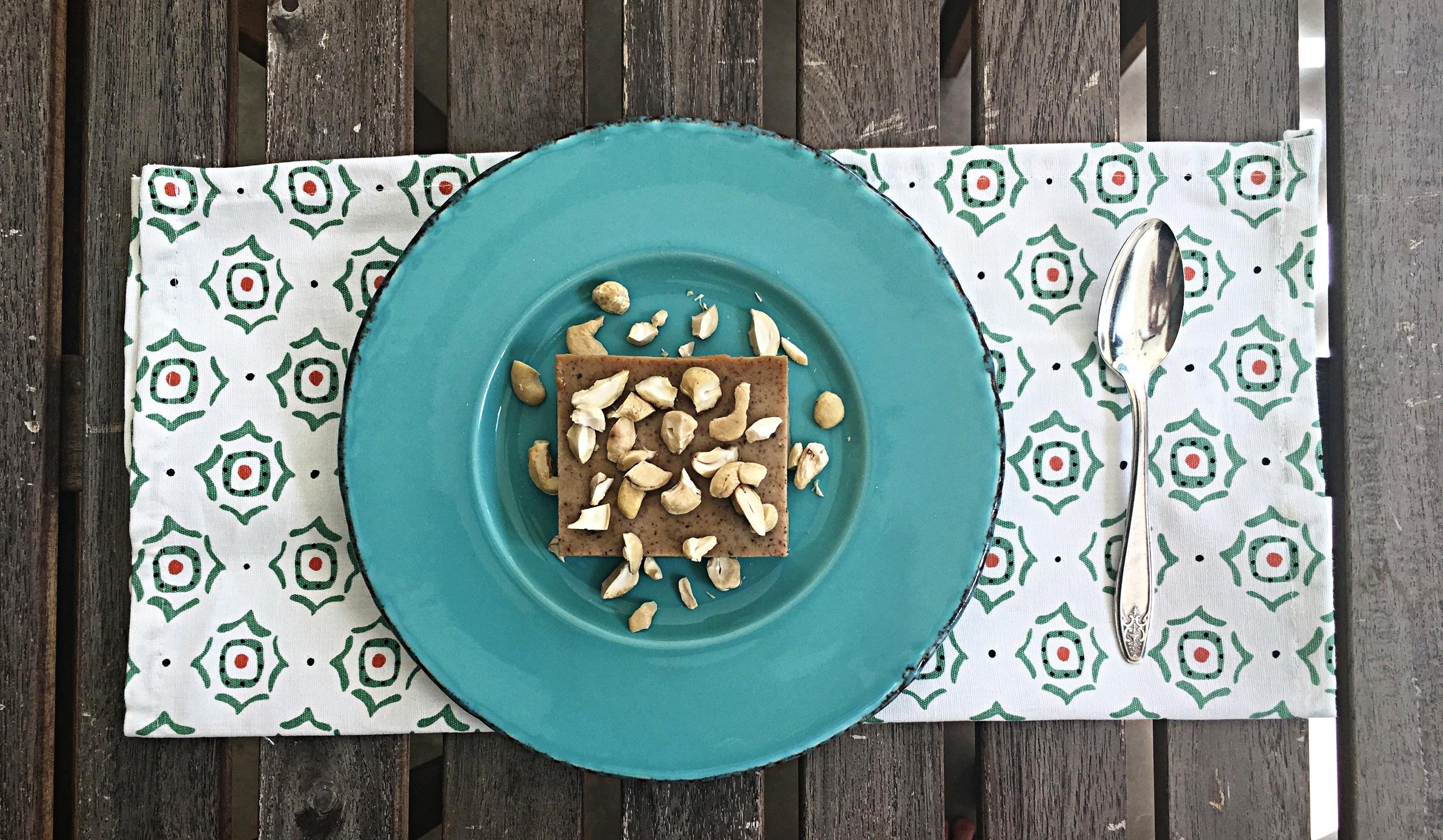 Pela quantidade de ovos, a textura do pudim é mais firme e possibilita o corte. A apresentação mais comum da sobremesa é em pedaços quadrados ou retangulares. Castanhas de caju picadas ou separadas em duas metades finalizam a sobremesa.