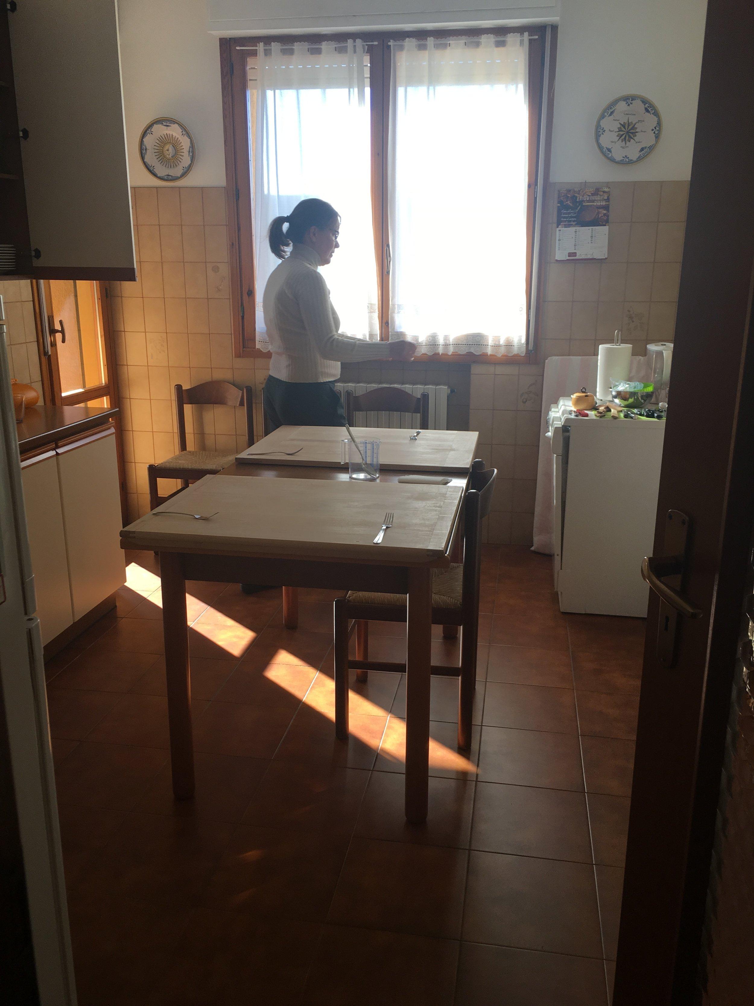 Maribel preparando-se para iniciar a aula. Antes disso, fomos ao mercado para comprar os ingredientes das receitas: Tortelloni, Tagliatelli al ragu e, ao meu pedido, Flores de abobrinha recheadas. Ela oferece só a aula (manhã ou tarde) ou a aula + a visita ao mercado, que foi o que eu fiz.
