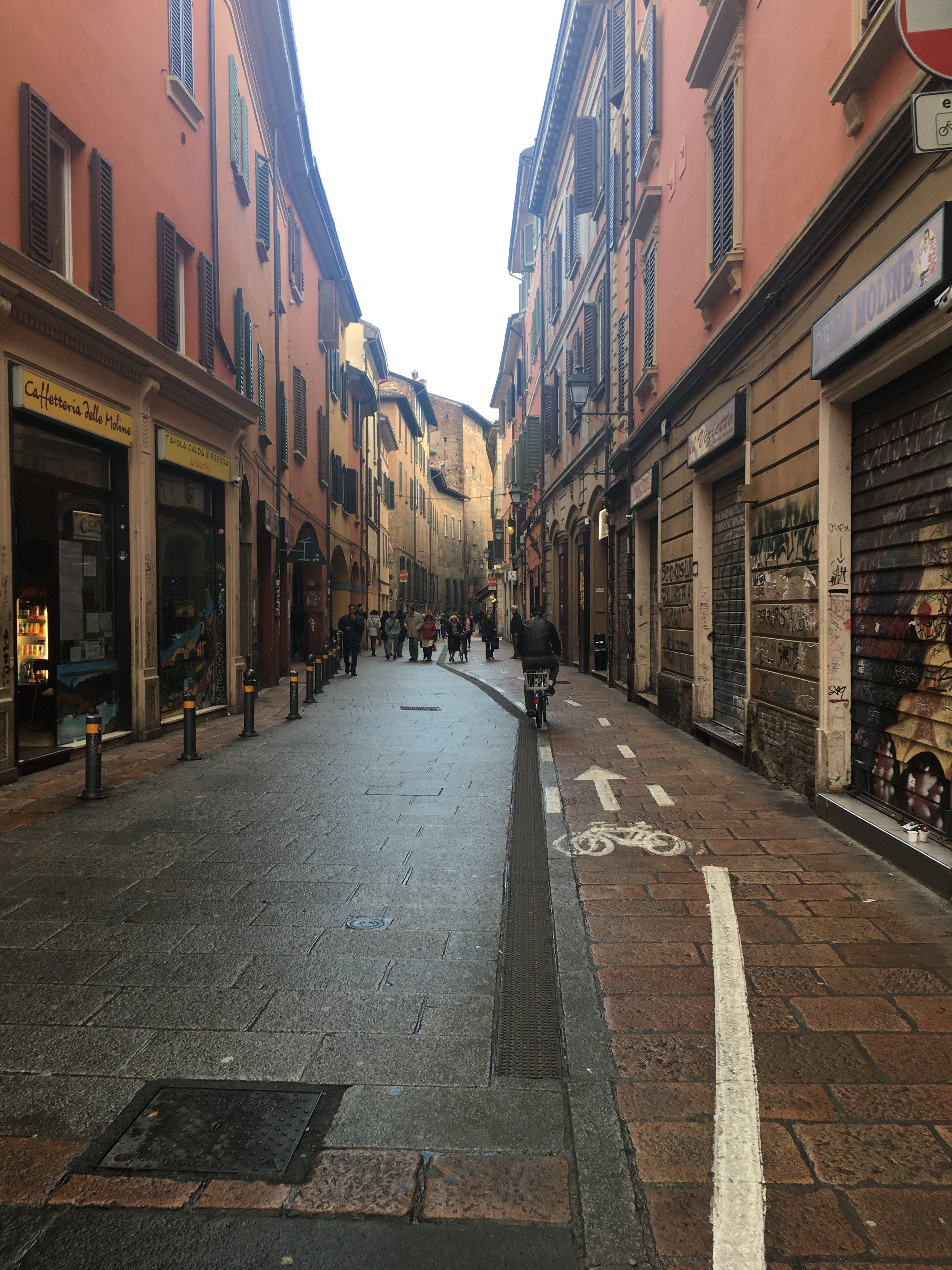 Uma das ruas do labirinto que é a cidade de Bologna. Lugar perfeito pra deixar-se perder e encontrar lugares super-inusitados.
