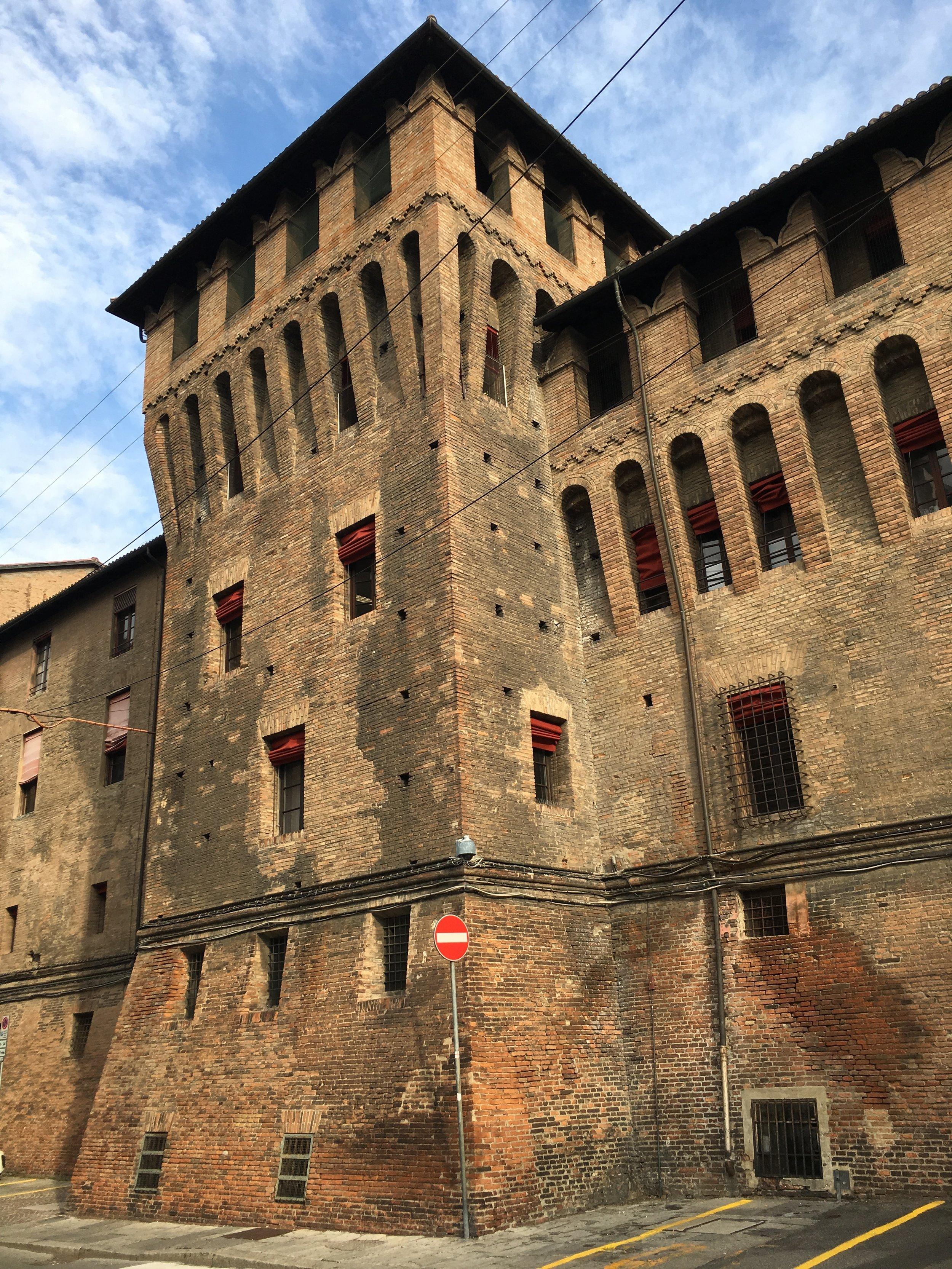 Vários prédios medievais espalhados por todos os lados e uma atmosfera que mistura o novo com o antigo fez de Bologna uma das minhas preferidas da viagem toda.