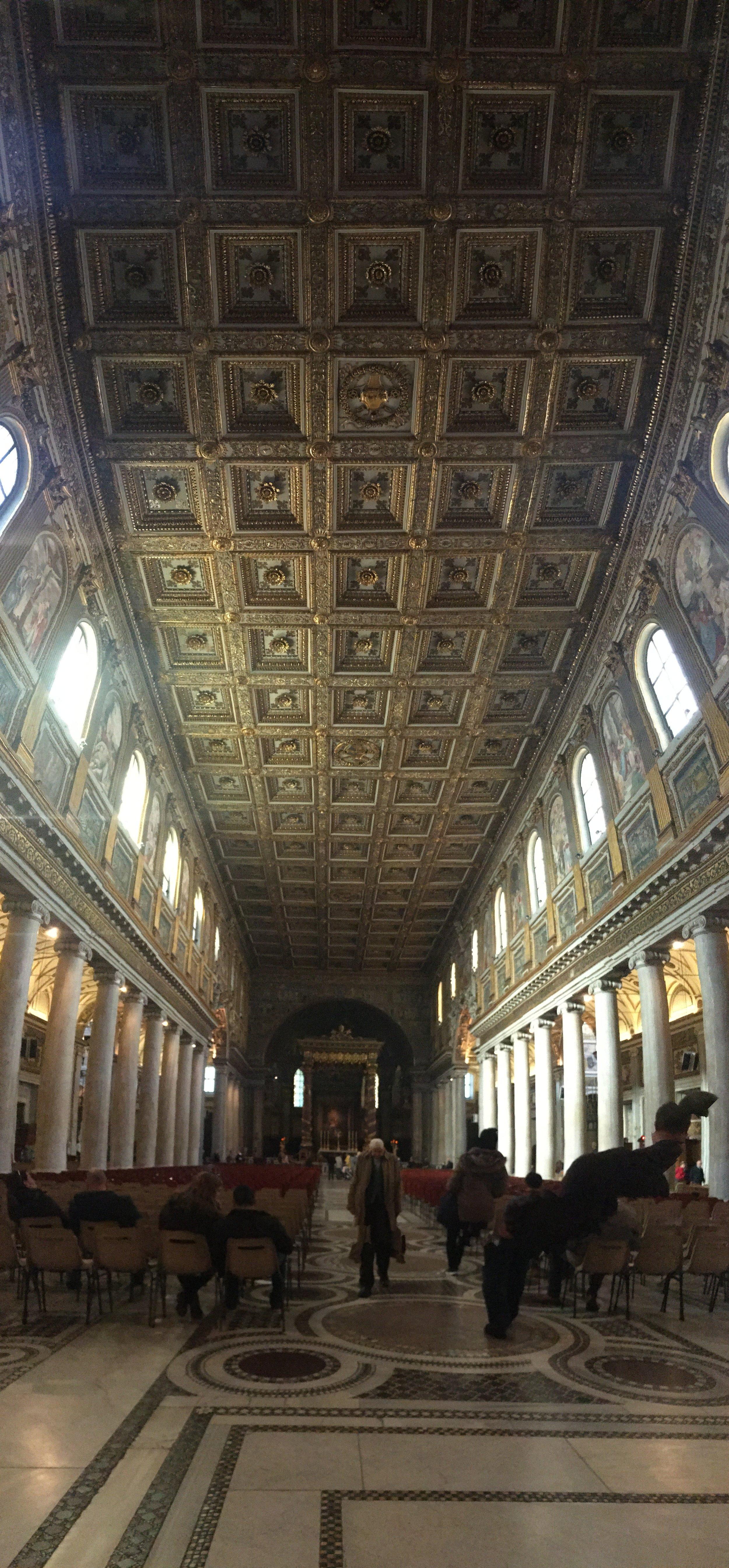 Uma panorâmica vertical da nave da Santa Maria Maggiore. Foi engraçado porque eu entrei e imediatamente o trabalho do teto tirou a minha atenção do resto. Fiquei olhando pra cima maravilhada e com a boca aberta por um bom tempo. E nem era a  Capella Sistina , heim? Achei incrível!