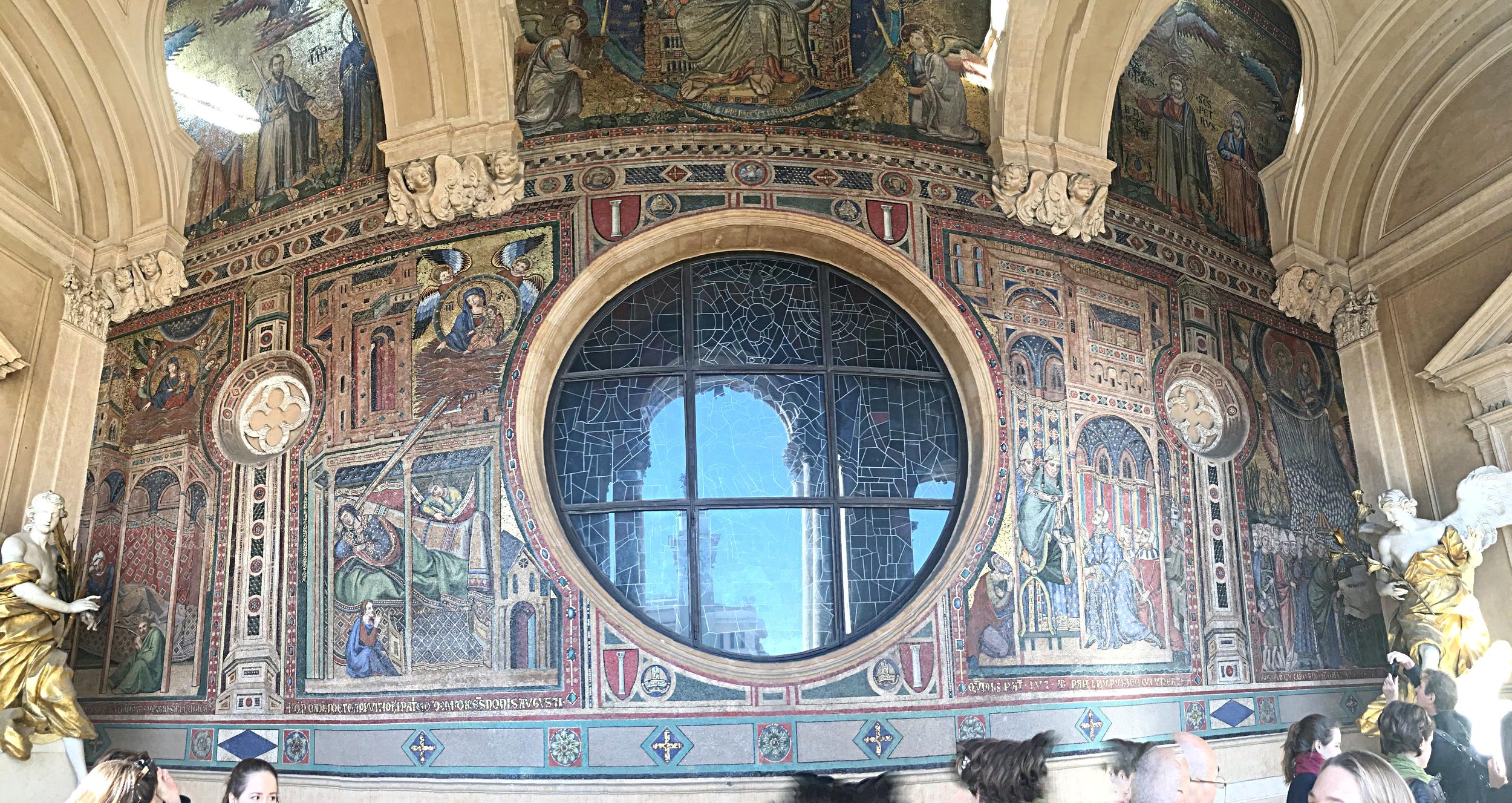 O mosaico bizantino do século XIII faz parte do que era a fachada original da Igreja. Ela foi aumentada algumas vezes e sofreu com o terremoto de 1348. O terraço que hoje existe protegendo o mosaico é uma das adições feitas ao longo do tempo.