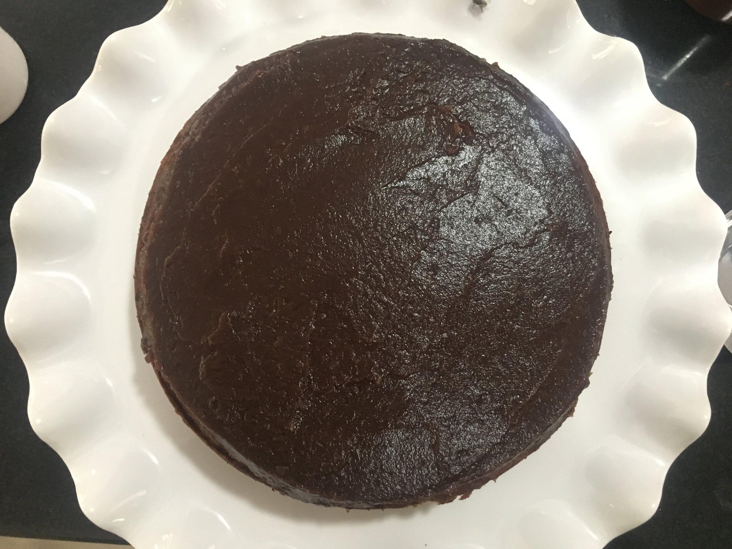 nivelando-a bem para que receba o creme de chocolate. Aproveite para a certar alguma imperfeição da superfície do bolo com a pasta.