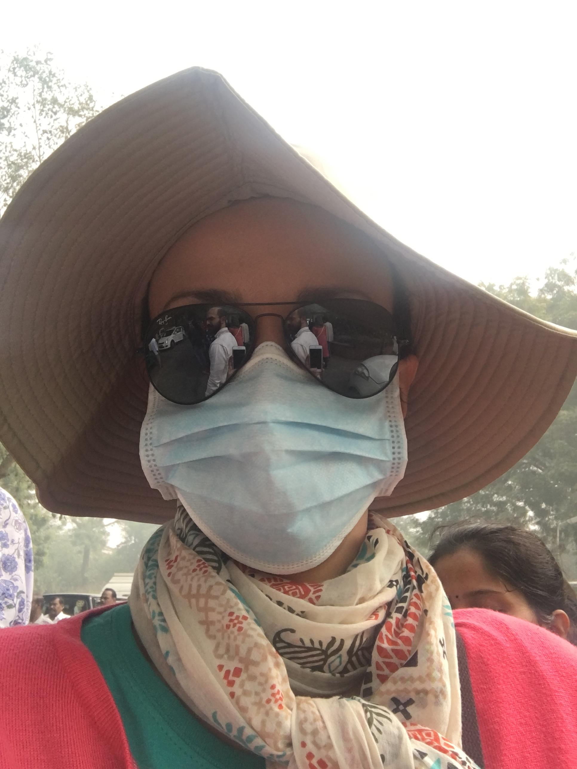 Levei algumas máscaras cirúrgicas para tentar driblar a poluição, mas elas não servem pra isso. Só esquentam e deixam o trabalho de respirar mais difícil. Há umas máscaras próprias para, mas que não encontramos.