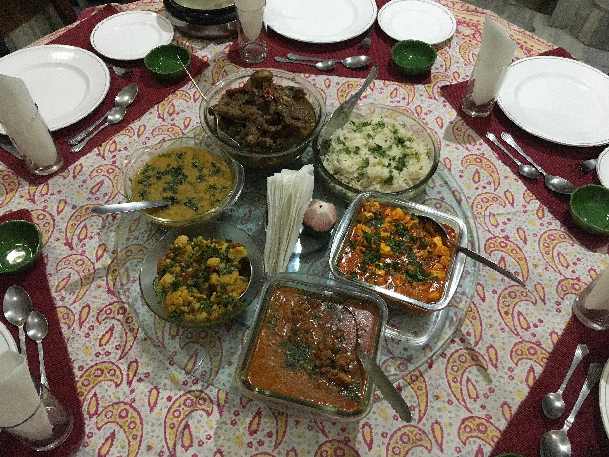Jantar servido na casa onde nos hospedamos em Jodhpur. Neste dia havia arroz, cordeiro, lentilhas, couve flor, panner (uma espécie de queijo feito a partir da adição de suco de limão ao leite), e um ensopado feito com uma massa de semolina, parecida com um mini nhoque. Tudo muito gostoso!