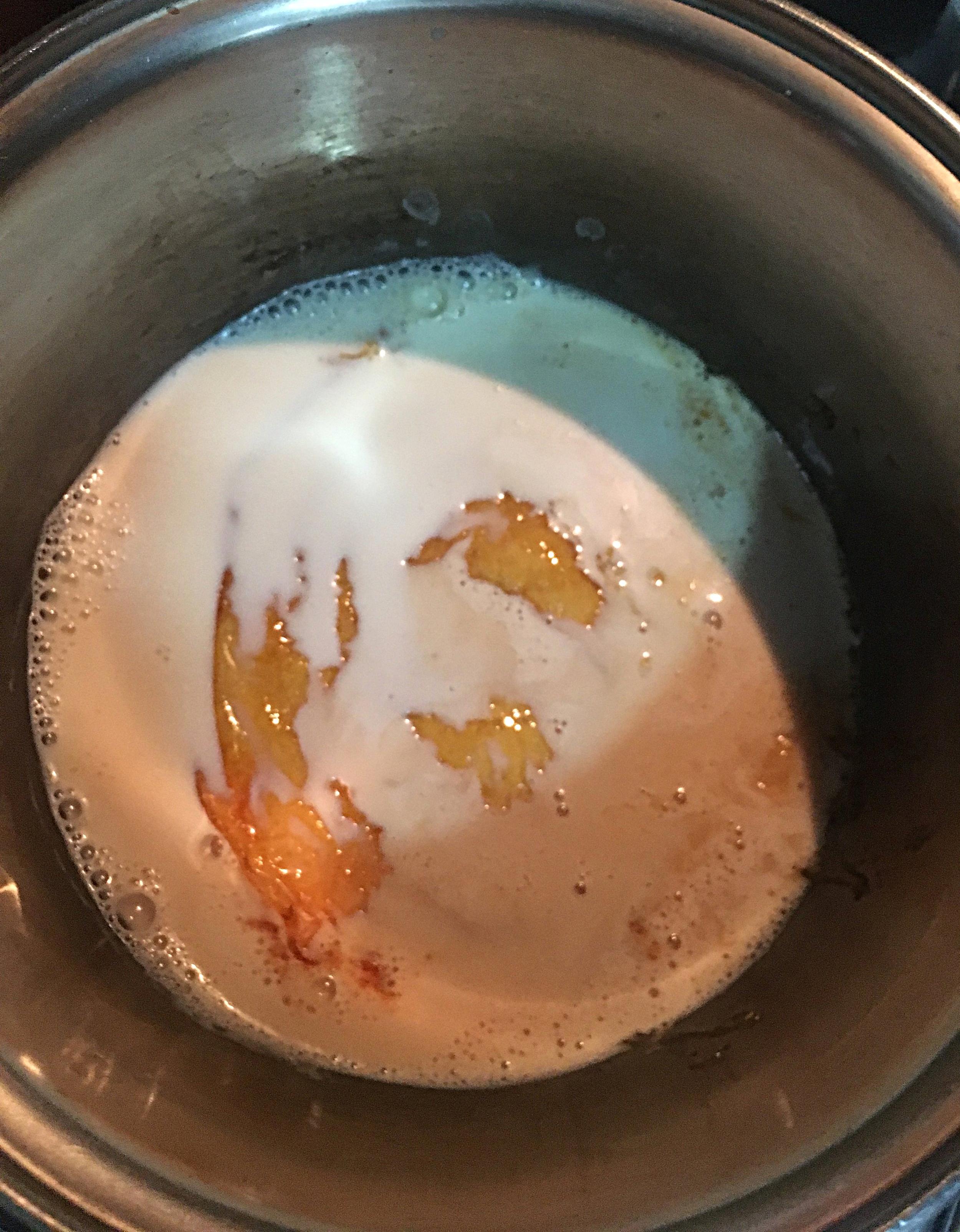 Verta o leite com cuidado, em temperatura ambiente,sobre o caramelo quente com o fogo ligado. Vai fazer barulho e o caramelo vai inflar por conta da diferença de temperatura.
