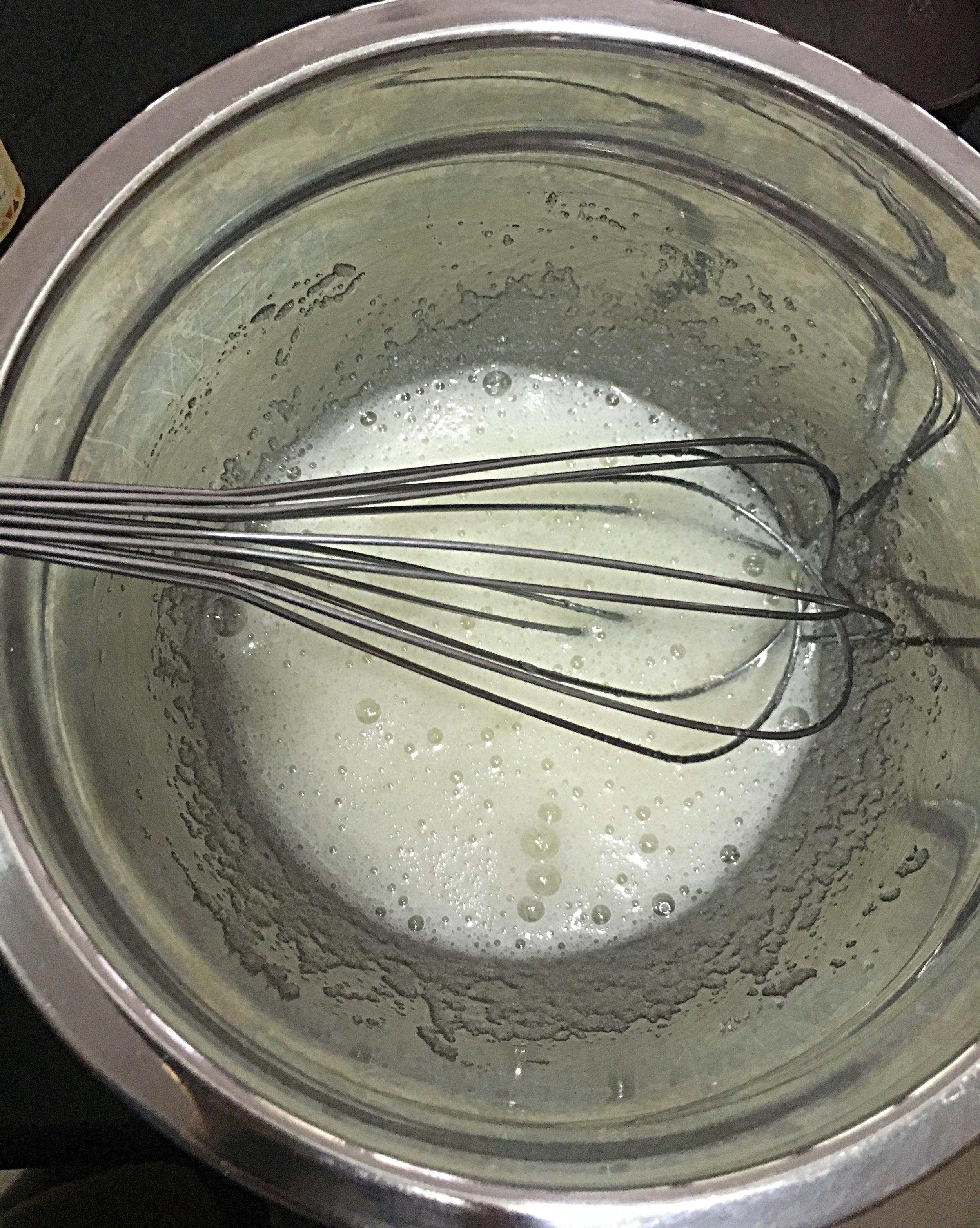 Numa tigela de metal ou vidro, misture o açúcar às claras e mexa bem com um  fouet .