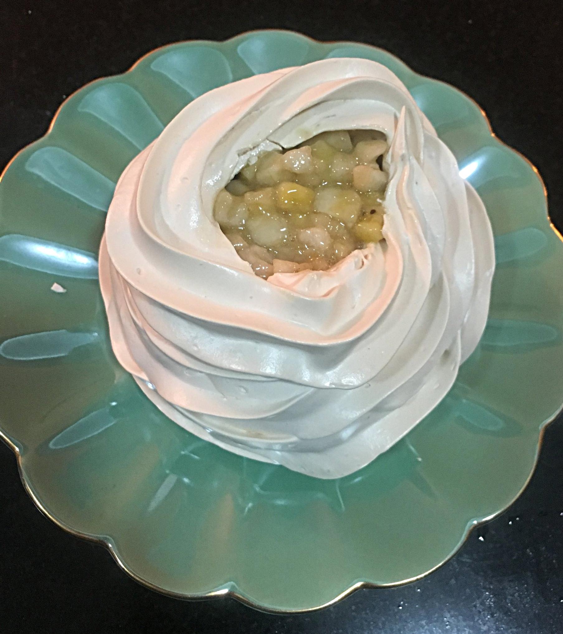 Coloque-as sobre o creme de leite queimado, até chegar à borda da cesta de merengue.
