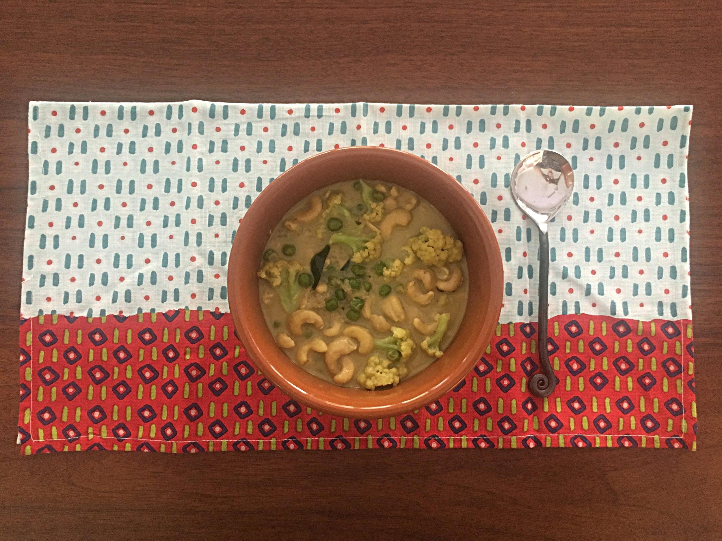 É uma receita simples e rápida de fazer, comparada aos outros pratos típicos que compõem o Arroz com Curry completo. Saborosa na medida certa, não apimentada, te satisfaz completamente num almoço, acompanhando arroz integral ou vermelho (o tipo que se consome diariamente aqui no Sri Lanka).