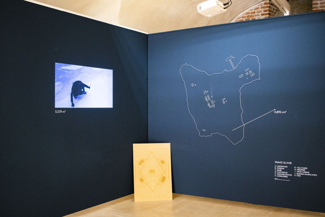 Anca Benera and Arnold Estefan, The Equitable Principle, 2012 – ongoing, video (recording of the performance), wall drawing, variable dimensions, exhibition view, Maria Therezia Bastion, Art Encounters 2019, courtesy of the artist, photo credit: Adrian Câtu