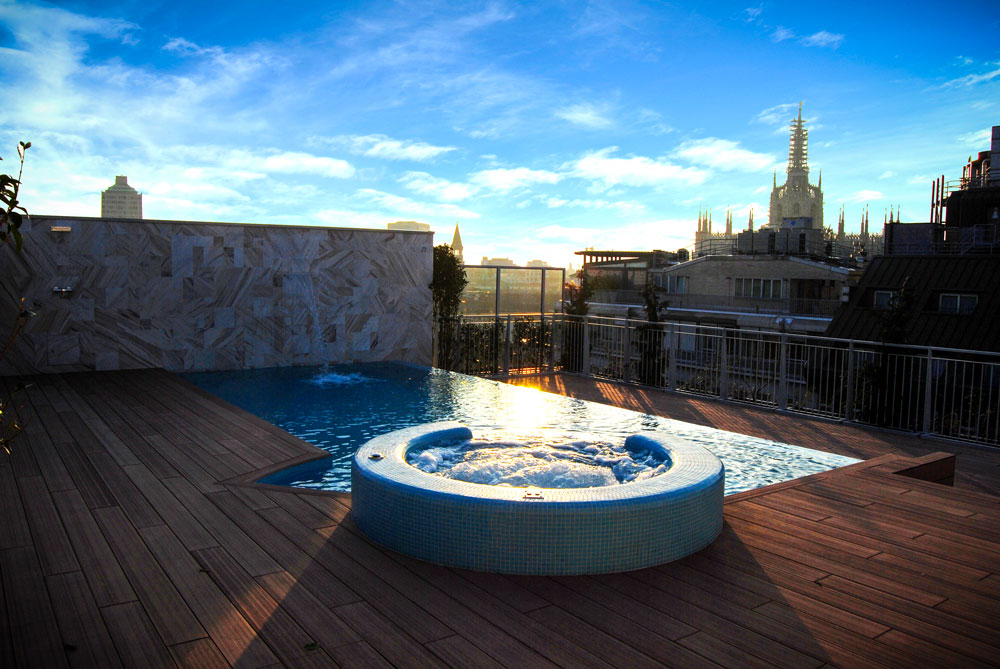 Vista da piscina sul Duomo di Milano