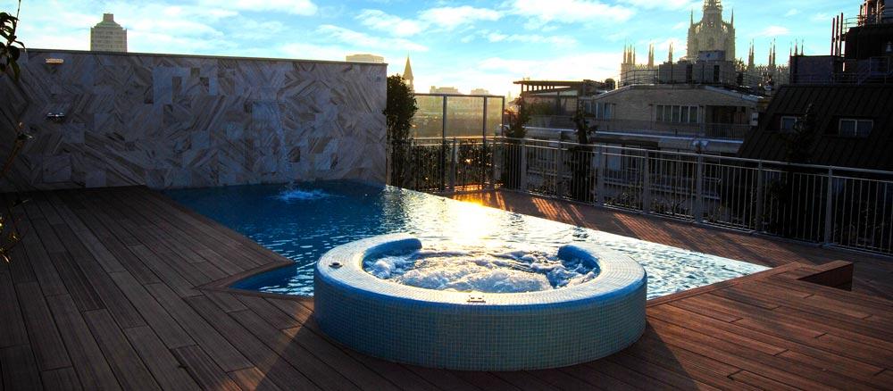 Piscina su terrazzo con vista sul duomo di Milano //Big Swimming Pool with view over Milan Skyline