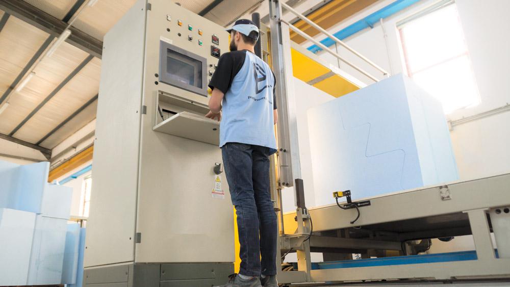 Macchine per il taglio di strutture in EPS per centri benessere e Piscine