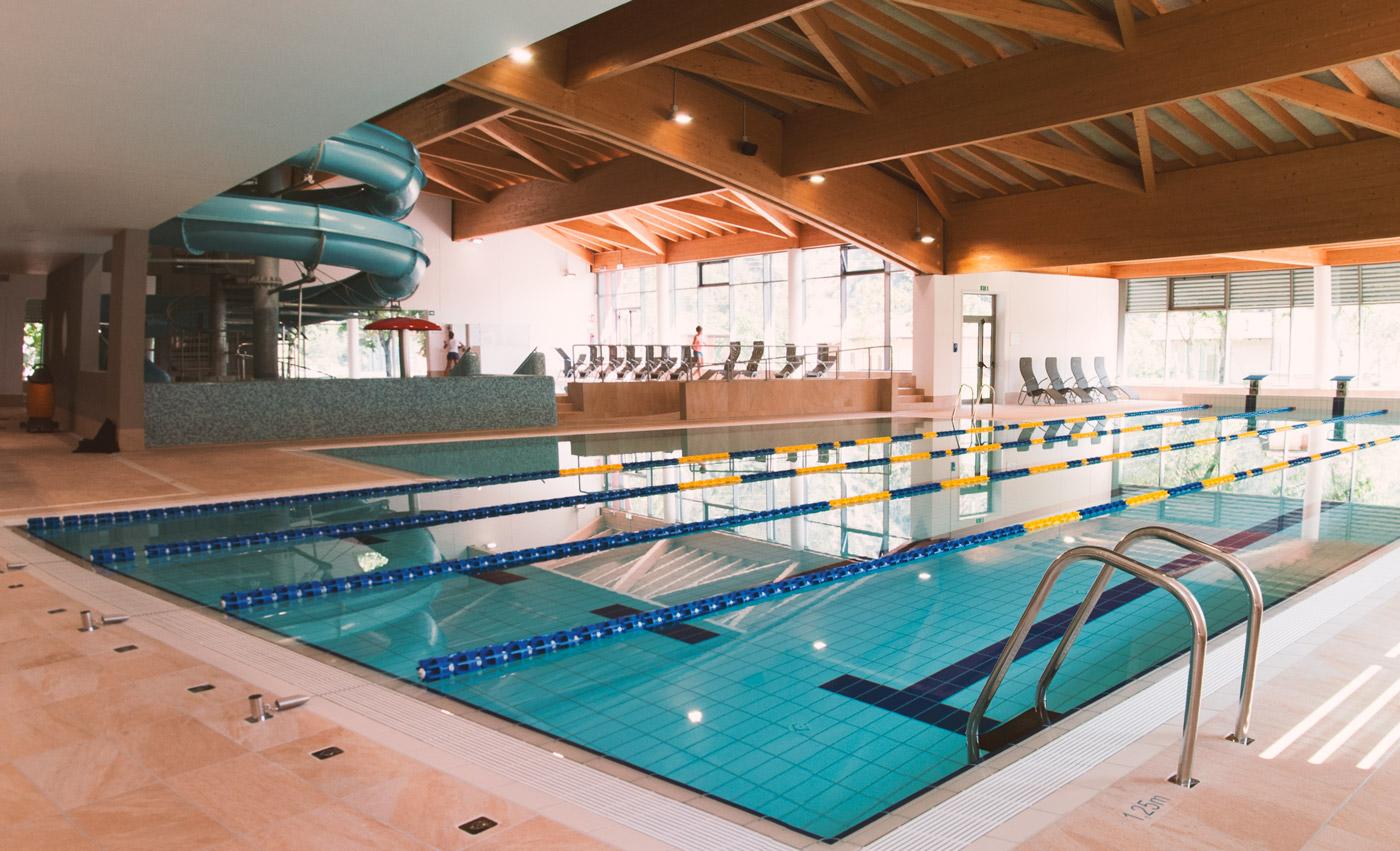 [[Piscina semi-olimpionica///Semi-Olympic Swimming Pool]]