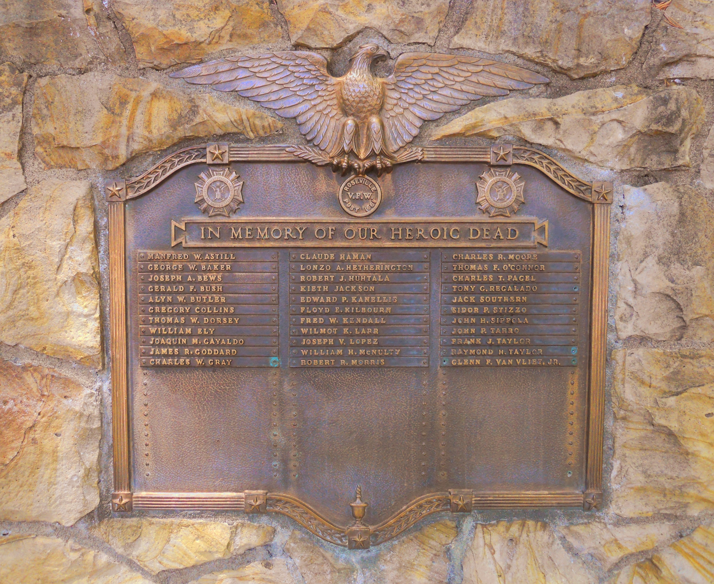 The bronze plaque on the monument carries 33 names of Roseville soldiers who died defending their country.  Click here for details of those named on this plaque.