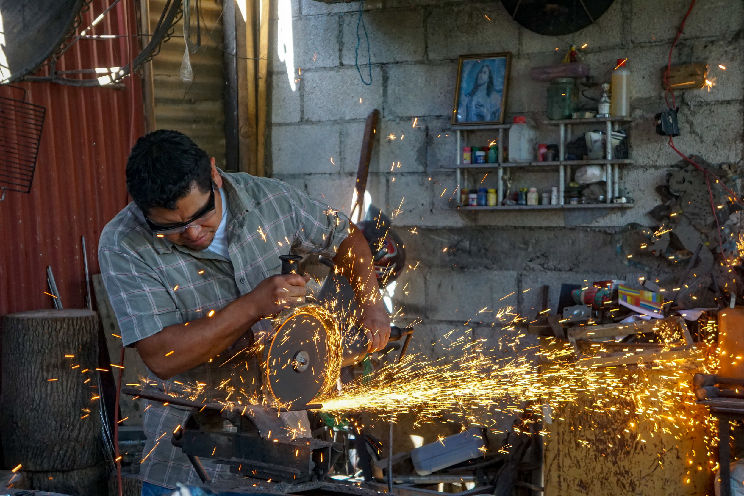 Carlos Diaz making a knife copy.jpg