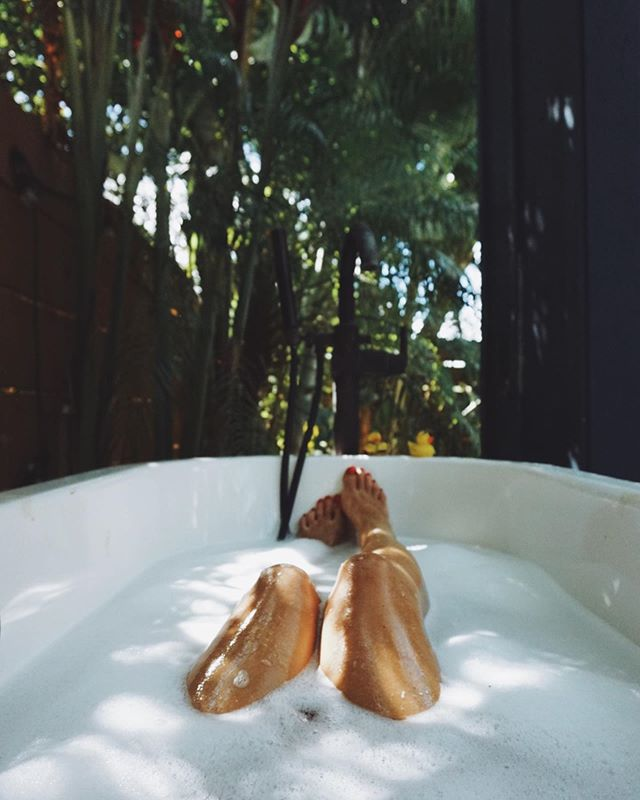 Practice the pause ✨ The pause where you take a deep breath  The pause before you speak  The pause before you react  Pause and enjoy life a little. It's happening all around you 🦋  #backyardliving #paia #hawaiilife #enjoythemoment #bubblebath