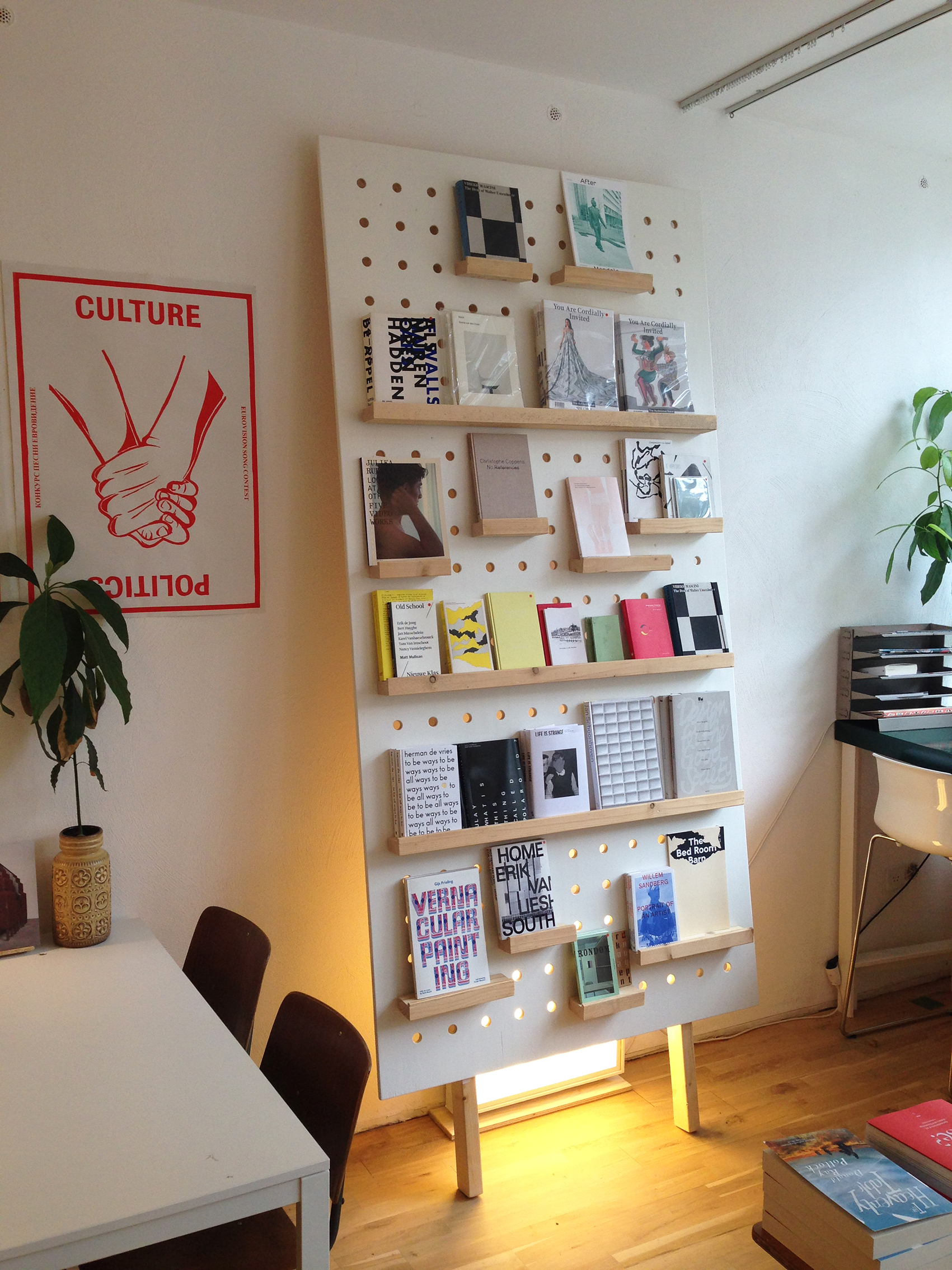 displays en wanddisplay voor het interieur van boekenwinkel Walter in Arnhem / displays and walldisplay for the bookstore Walter in Arnhem