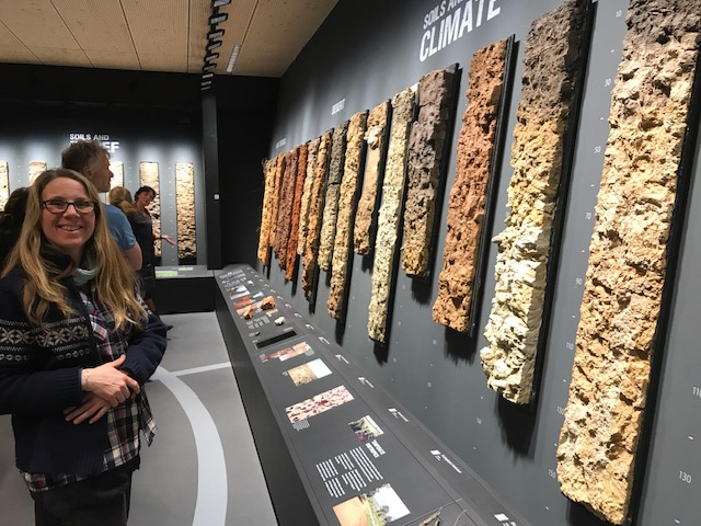 Esther en haar grote liefde: de bodem, tijdens een rondleiding in 't BodemMuseum (WUR)