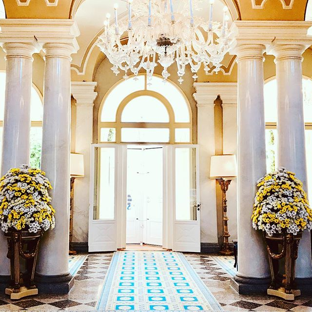 Flower perfection decorating the grand entrance at Villa d' Este #flowercollection #italianway #inspirationaroundtheworld