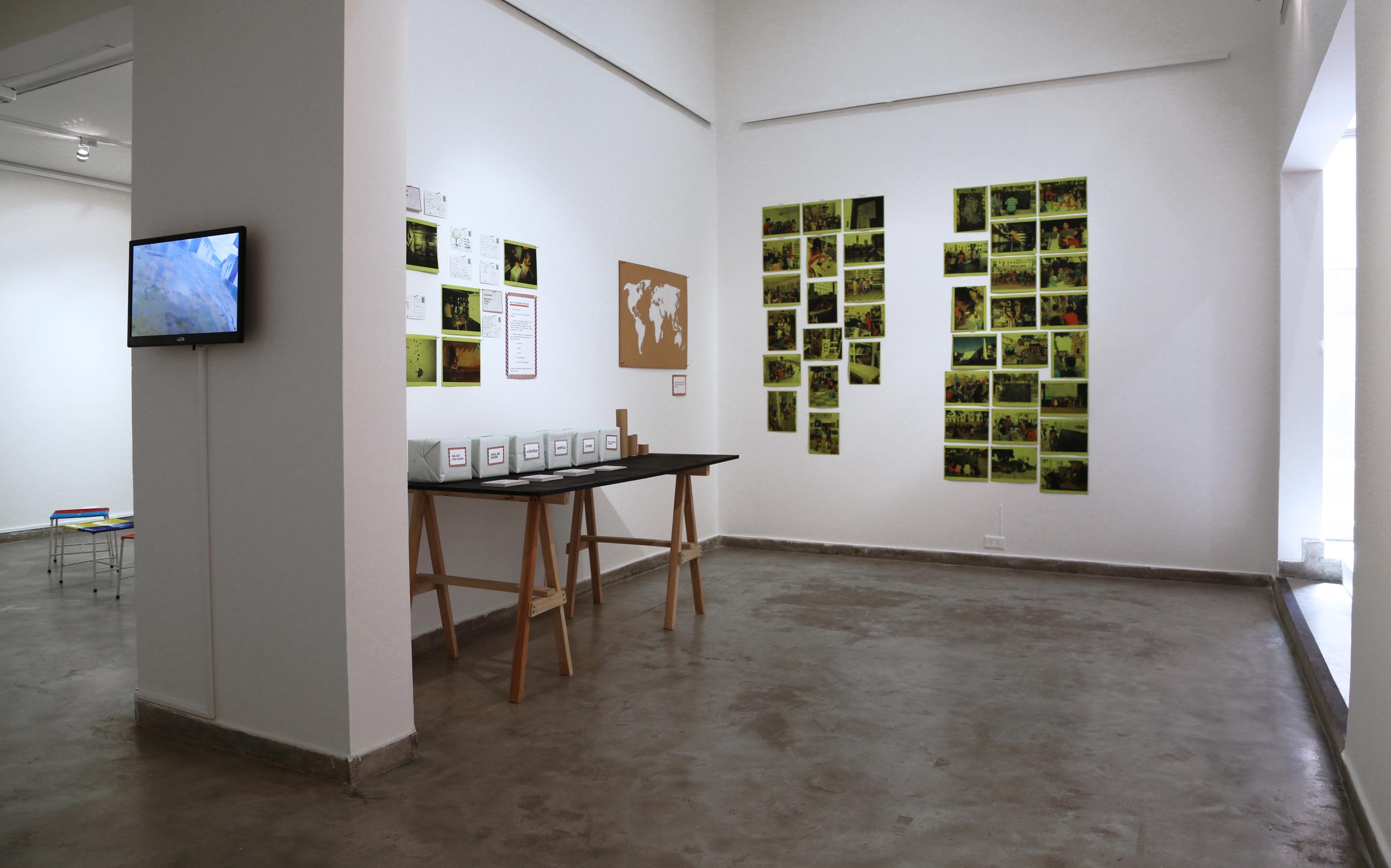 VIsta general de la exposición Entre Vecinos y Visitantes, Centro Colombo Americano de Bucaramanga