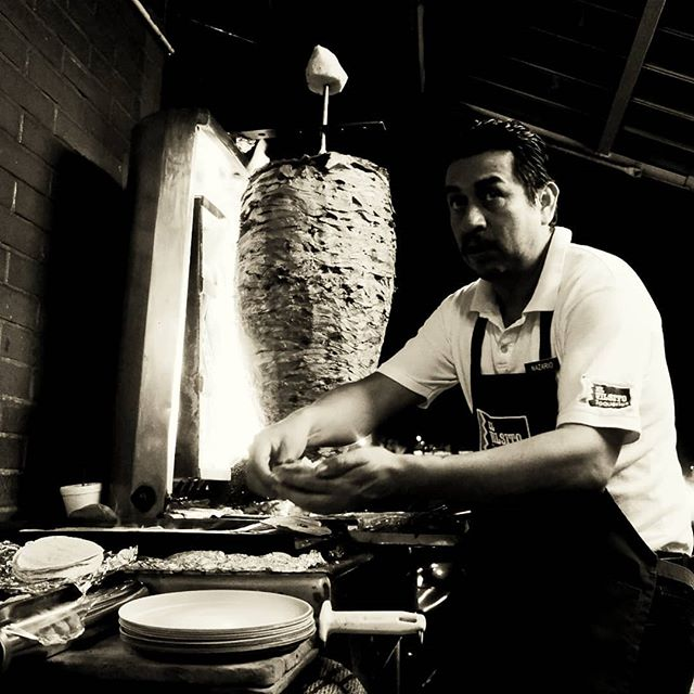 Al Pastor... El Visito Taqueria #CDMX Mayo 2019.  #streetphotography #tacos #blackandwhite #fujifilm #travel