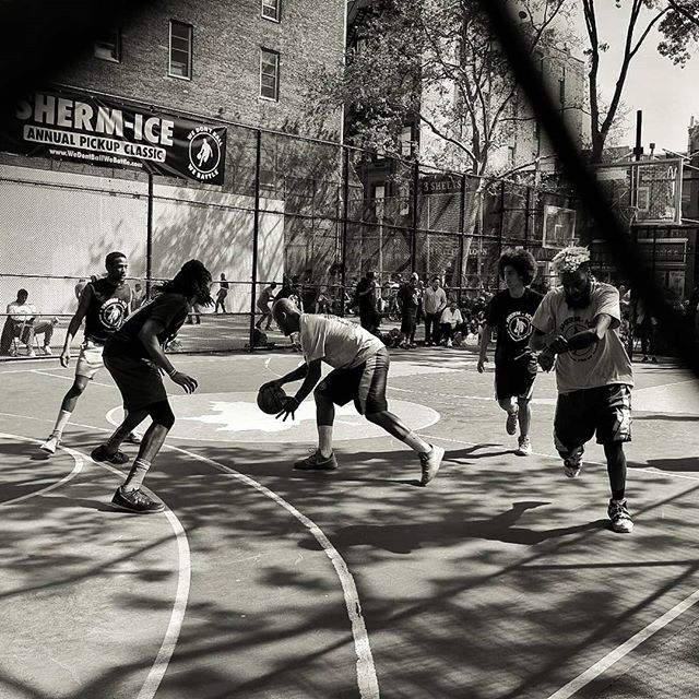 I want to get out here and cook these dudes...#basketball #thecage #basketball #blackandwhite #nyc #newyork #streetphotography #fujifilm #wedontballwebattle