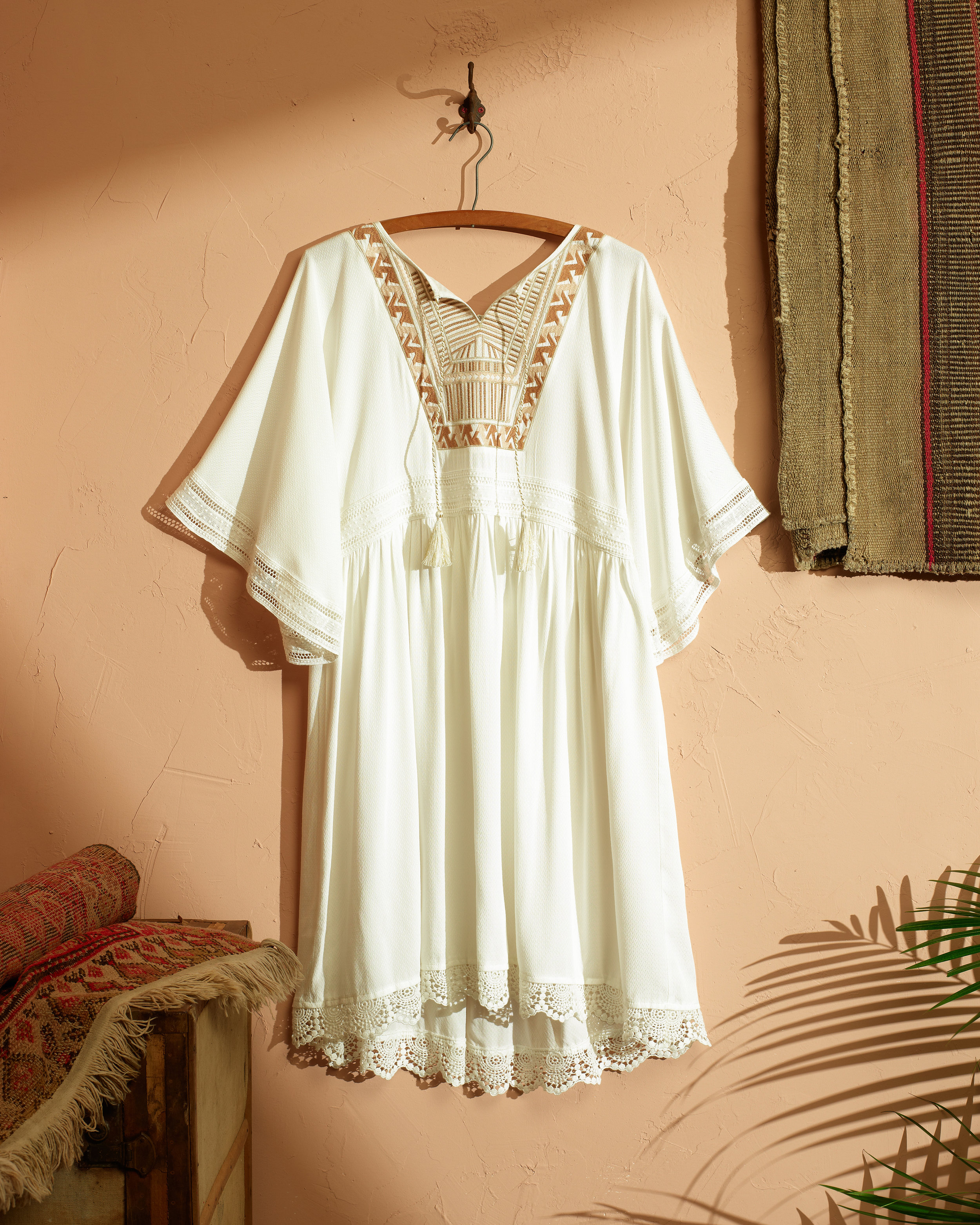 019_0670_ELLAMOON_DETAIL2_WHITEDRESS_CRP2.jpg