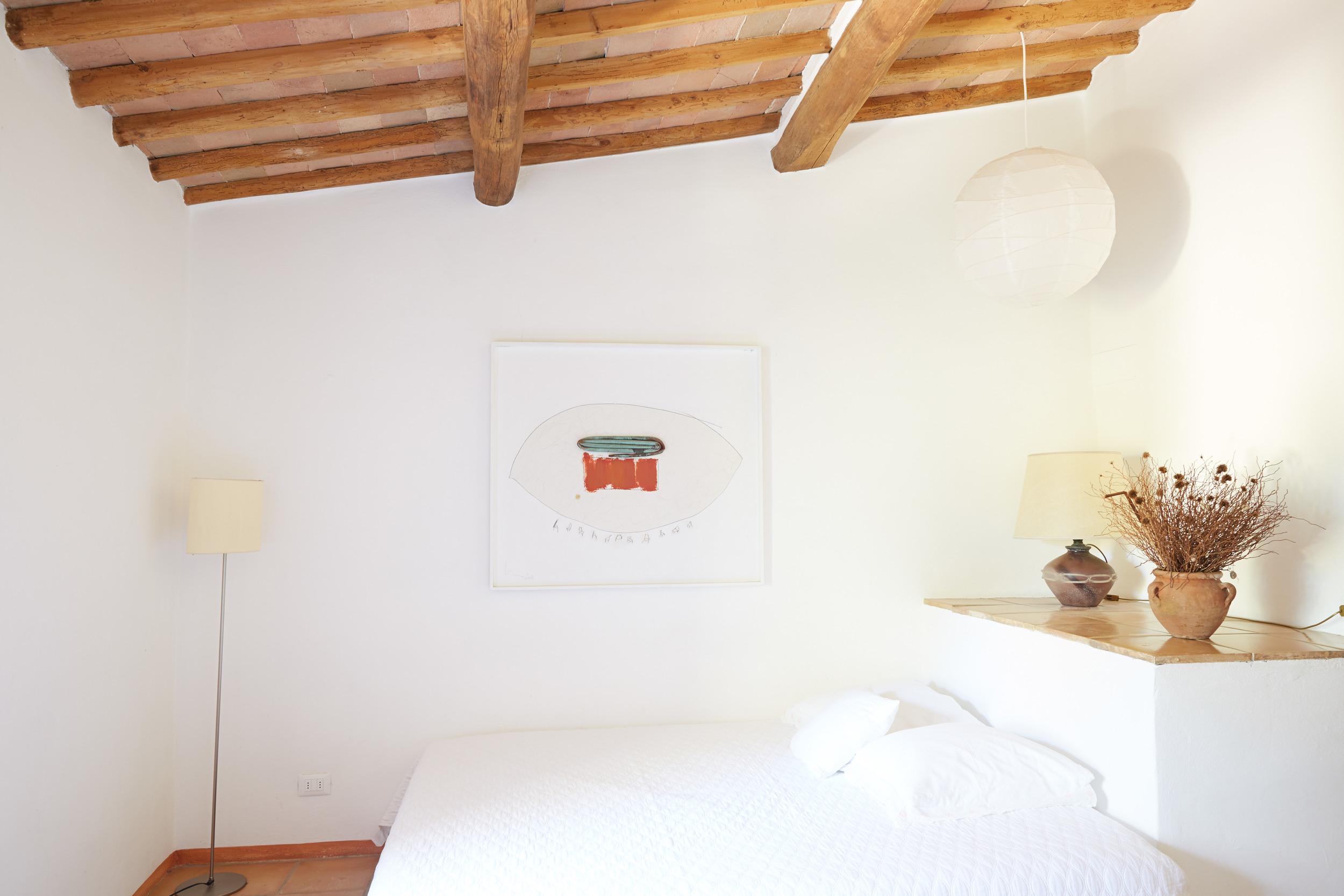 Wie ein schönes Hotelzimmer. Oder als Zusatz zu einer Wohnung. Ein Doppelbett und eigenes Badezimmer mit Badewanne. Ab 44 €/Tag (Off-Saison)