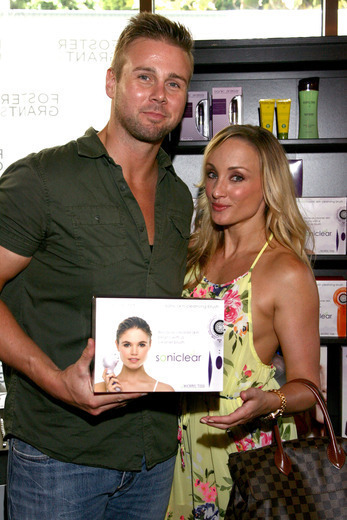 Actor Aaron Hill (L) and Chelsea Hill checking out Soniclear and True Organics. Photo by Tommaso Boddi/Getty Images for GBK Productions