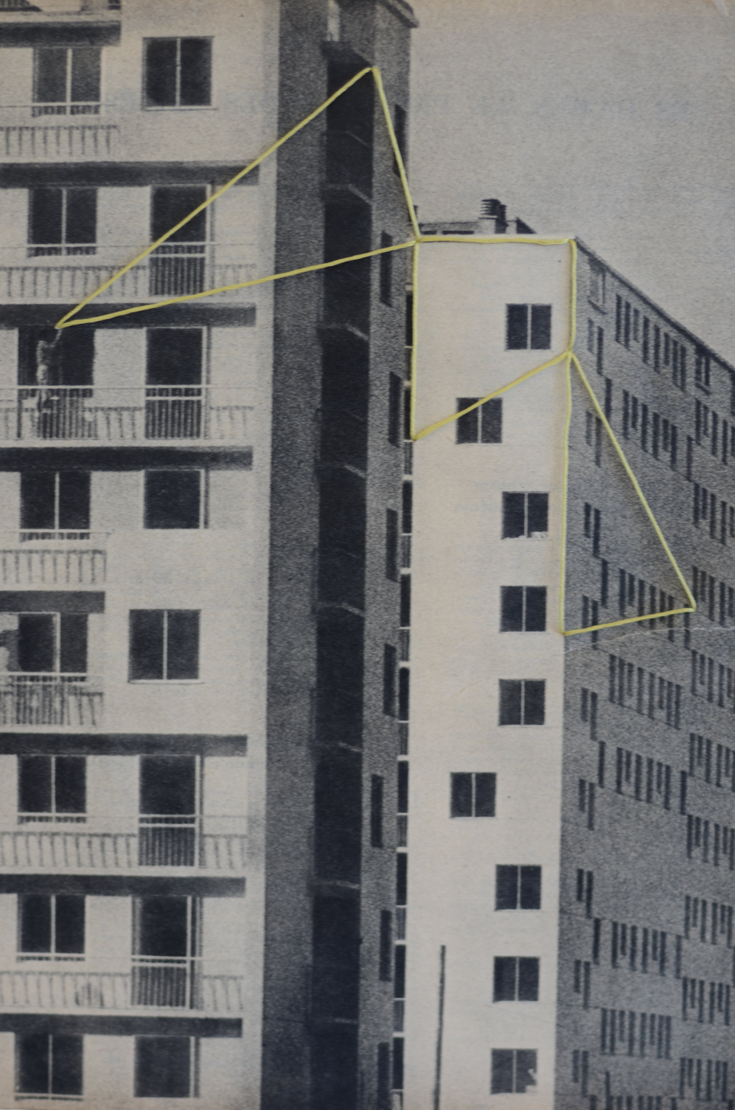 Construction, broderie sur page de magazine, 2013