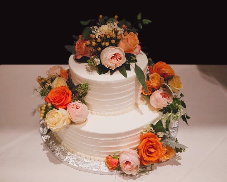Wedding cake with flowers : Photo Gina Brocker