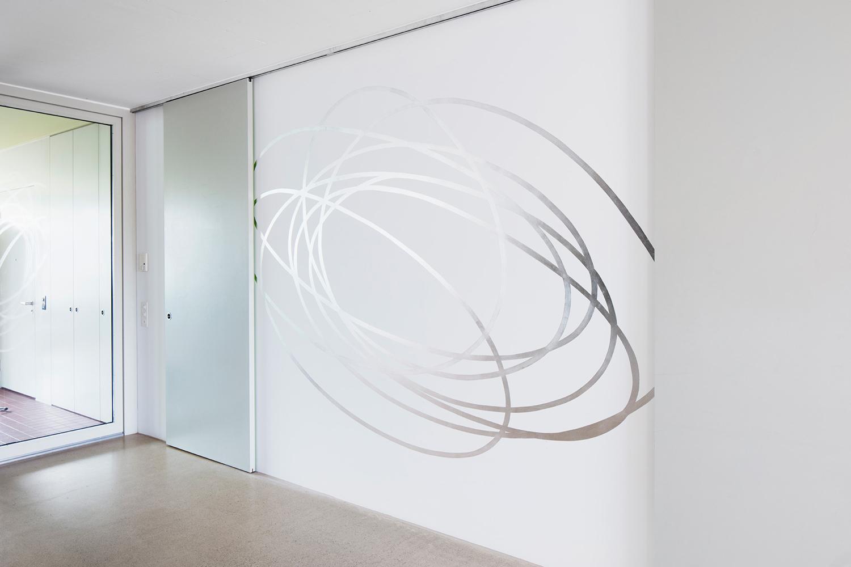 Kringel, 2017  Aluminium leaves, leaf adhesive on the wall, 275 x 250cm  Collection Uta Jaenicke und Markus Weggenmann, Zurich