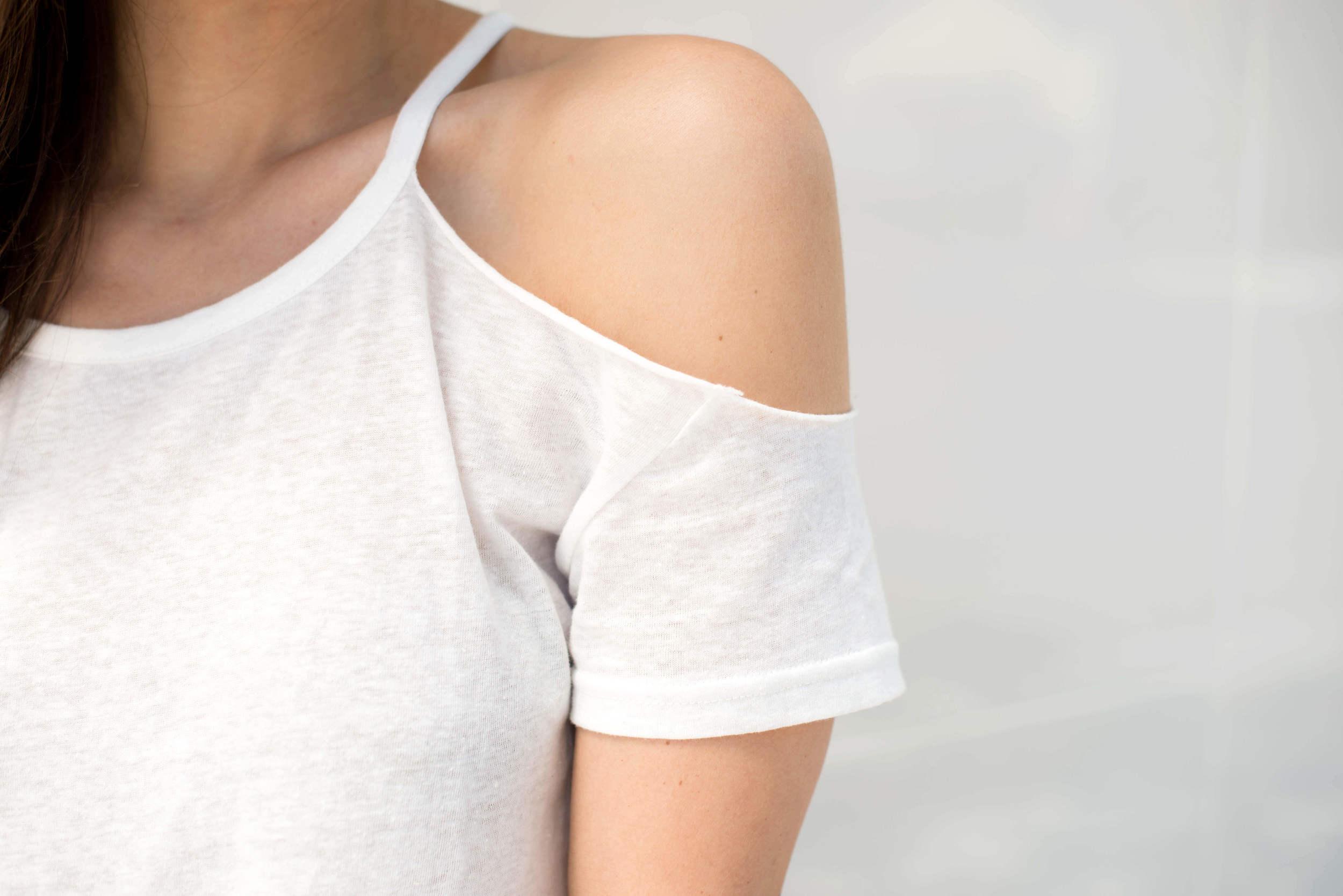 Cold shoulder tee-shirt details
