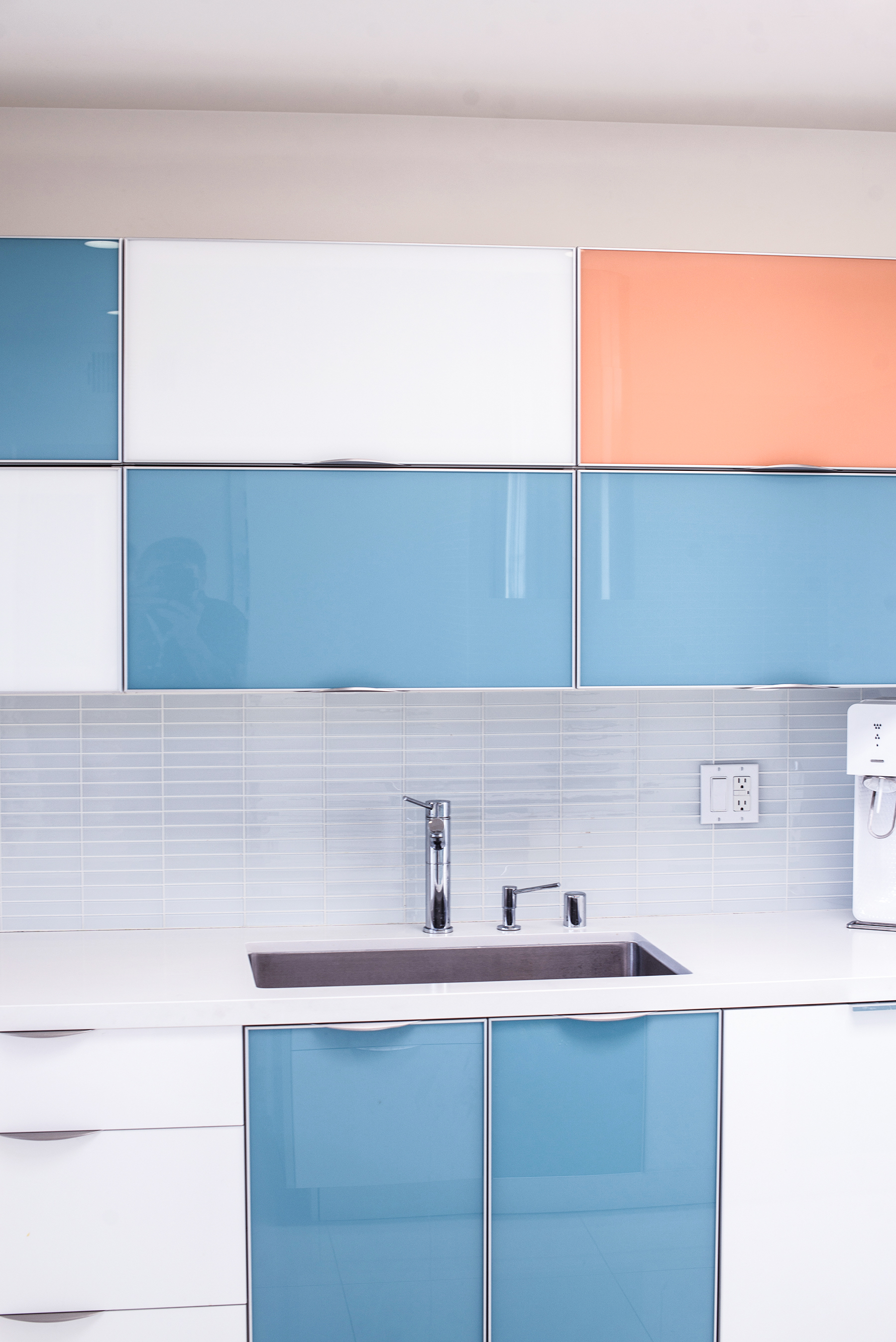 Absolutely my dream kitchen. Clean, minimalist, but still colorful.