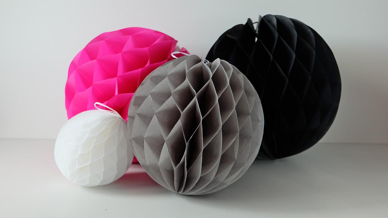 Hard Roze Honeycomb 35cm €2,25. Overige Honeycomb Bal mix: zwart, grijs en wit €5,00.