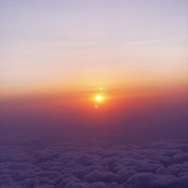 Head in the clouds! . . . #holiday #valancia #vakantie #sky #skyporn #highinthesky #clouds #cloudstagram #flying #airplane #inthesky #holidaylove #backhome #onderweg #sunset #sunsets #intheair #traveling #spain #vakantieinspanje #spanje #quote #cloudscapes #sunset_ig #flyinghome