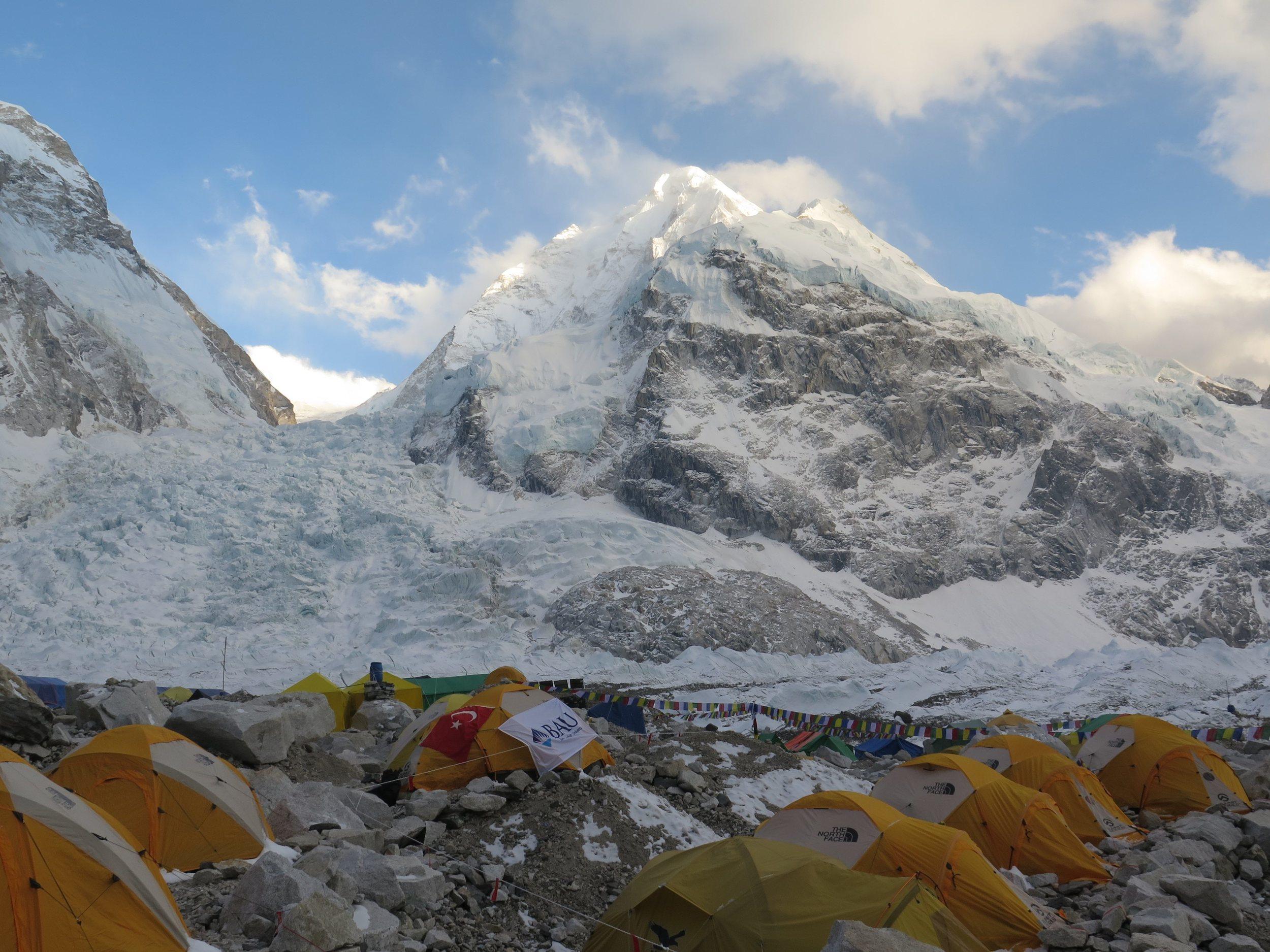 Khumbu buzulu ve ana kamptan minik bir kare / Khumbu icefall and a tiny frame from the base camp