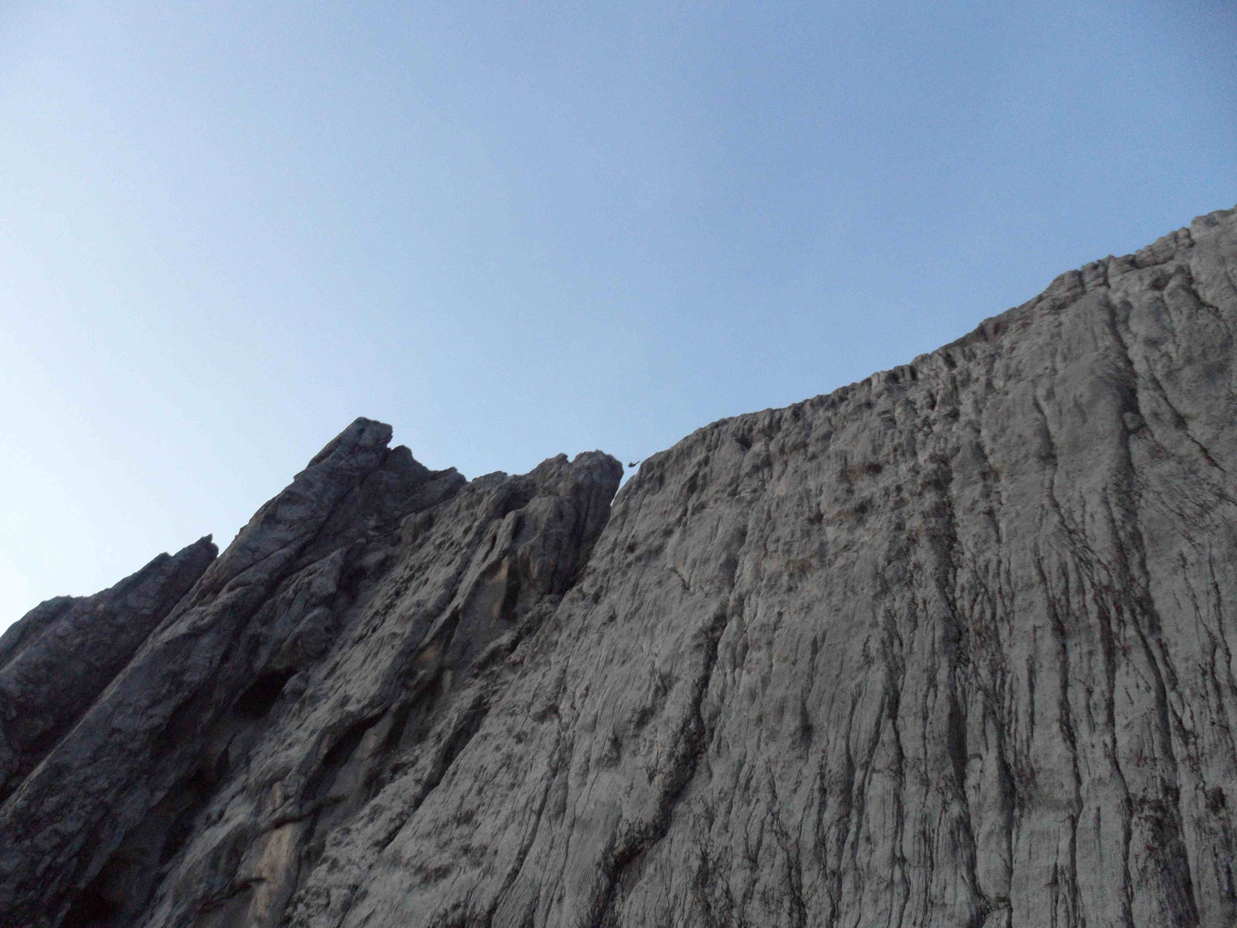 A sagilardan sirttaki acikliga ve tirol gecisine bakis / A look at the gap on the ridge and the tyrollean crossing from below