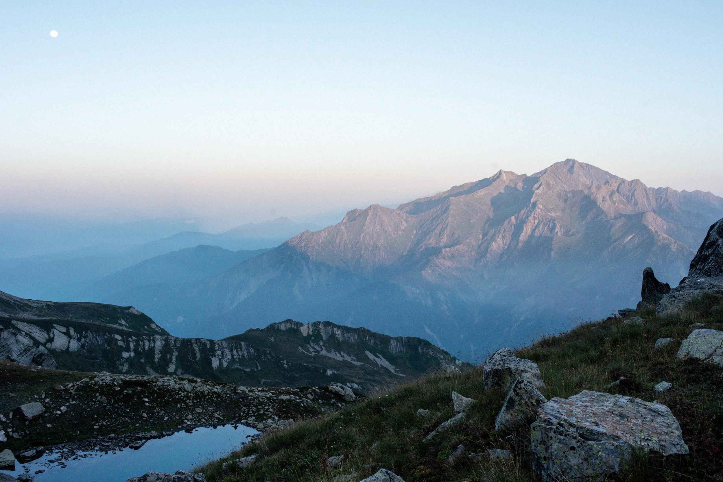 Foto genomen door Dim Balsem, zonsopgang in de bergen van Georgië.