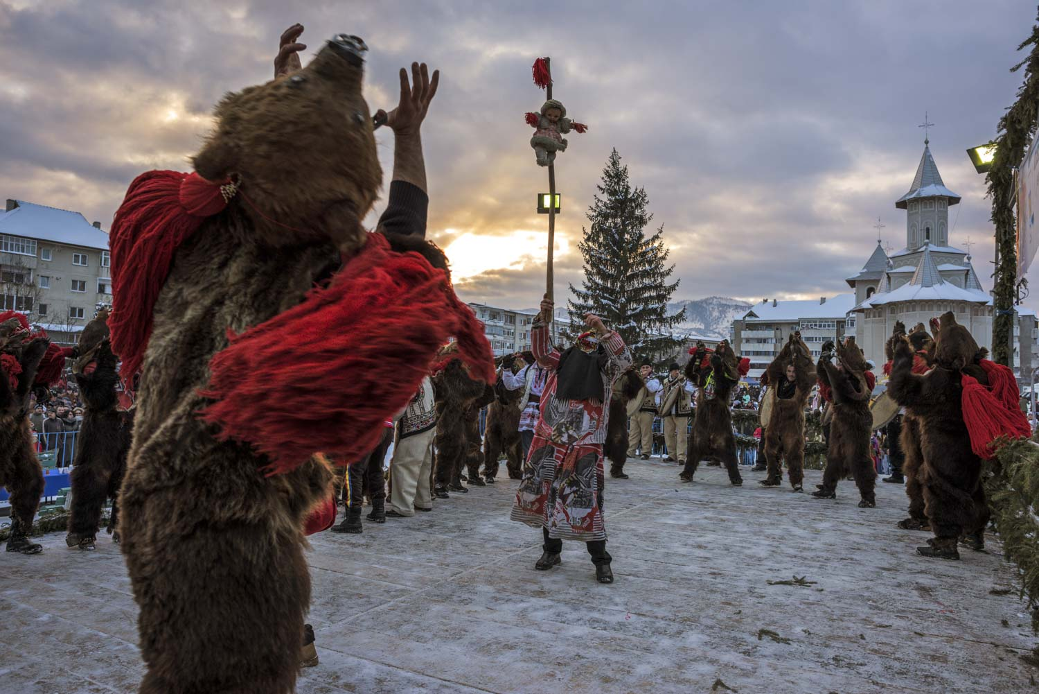A troupe of bears performs on a stage set up in central  Comăneşti for the town's annual Bear Parade and competition. December 30, 2014. Comăneşti town, Bacău county, Romania. © Diana Zeyneb Alhindawi