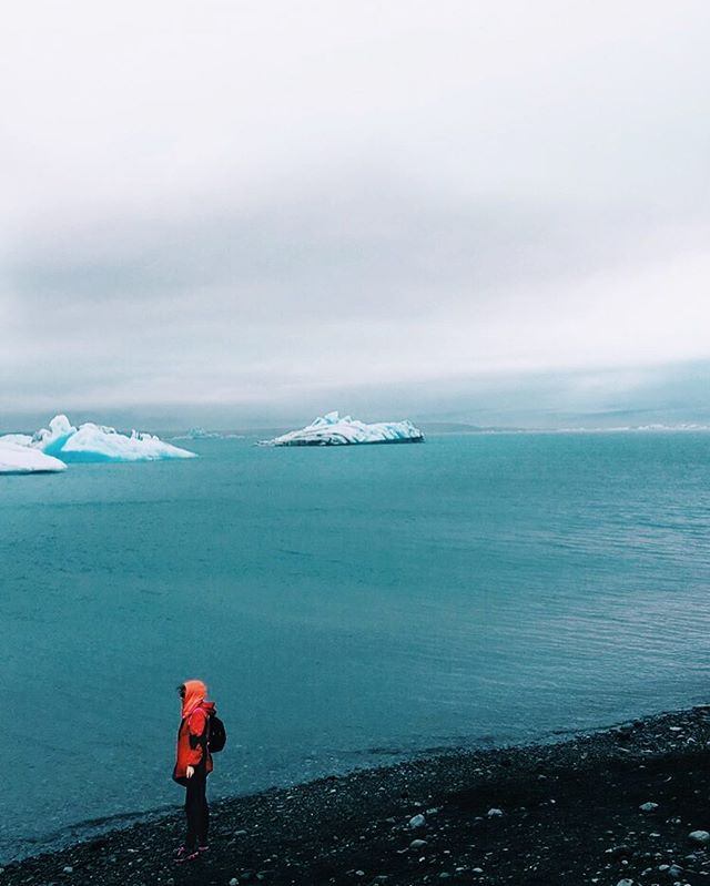 Red or orange?? 🔺🔸 survey says... #iceland #icelandtravel #bluewater #lagoon #glacier