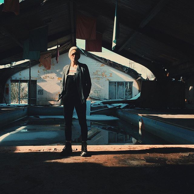 This abandoned pool is off of an interstate in Indiana. If you've ever driven to Chicago.. you most likely drove right past this... 😏 hm..... (model= the dashing @lori_lue)#abandoned  #getoutside #explore #cinema #filmmaking