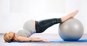 Puedes hacerlo con una pelota o con los pies en el piso. Lo importante es elevar las caderas y el dorso ajustando los glúteos y, mantenerte en esa posición por unos segundos. Repetir varias veces.